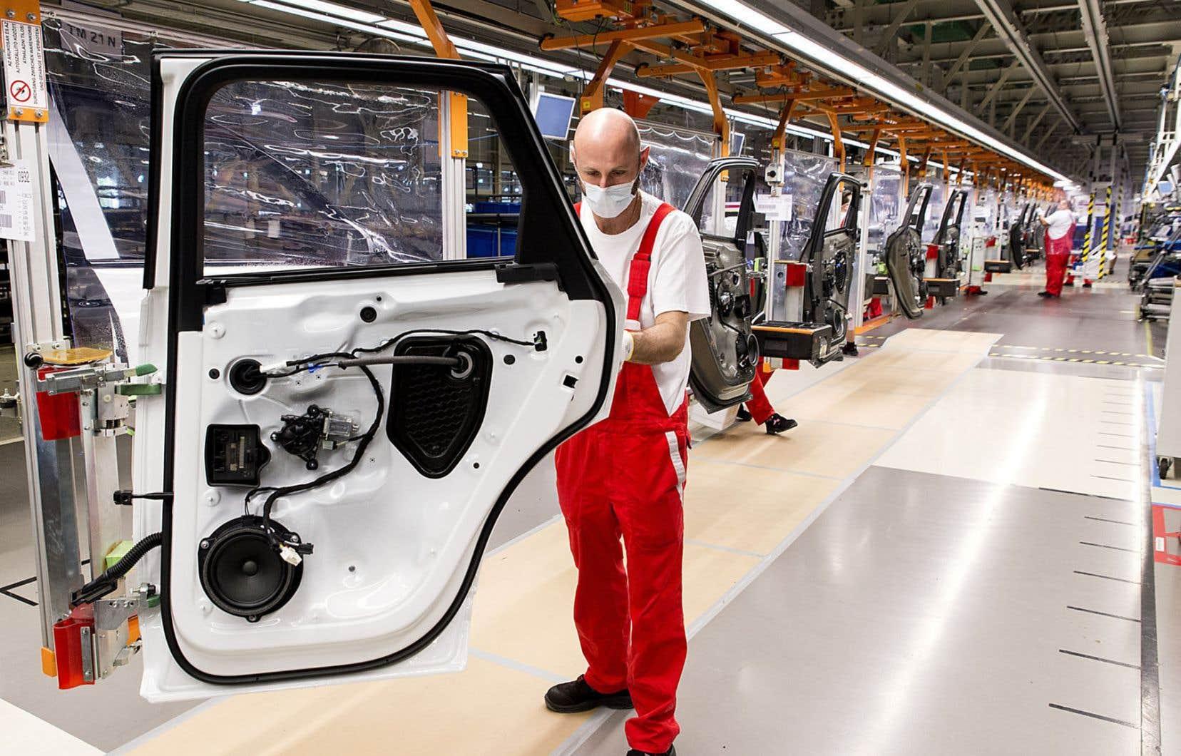 Au Canada, les importations sont toutefois en recul de 14,3% et les exportations, de 17,9%, comparativement à février 2020.
