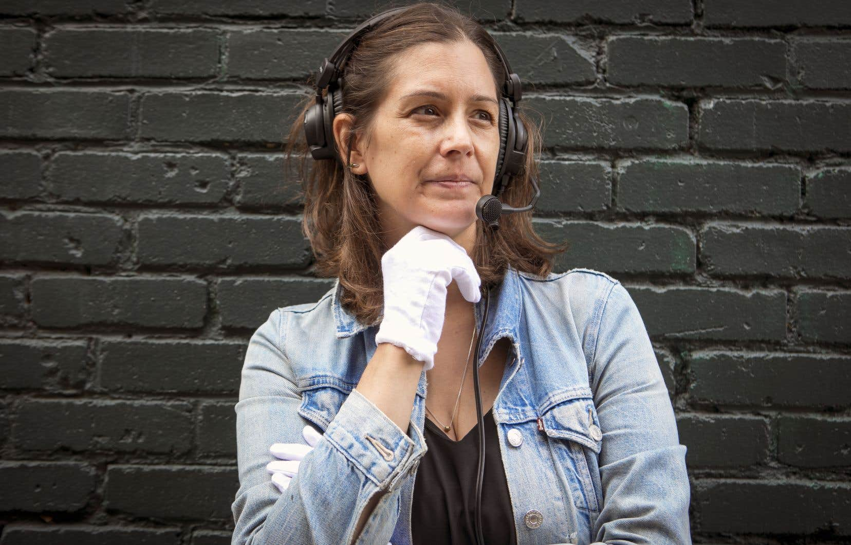 Jacinthe Robillard travaille avec des gants blancs. C'est sa marque de commerce. «C'est une technique qui était enseignée à l'époque, mais que plus personne ne pratiquait dans le métier. Un jour, sur un plateau, l'animatrice ne voyait pas mes signes à cause du décor, de couleur beige. Comme je fais aussi de la photo, j'ai toujours une paire de gants blancs dans mon sac; après les avoir mis, l'animatrice voyait clairement tous les signes que je lui faisais!»