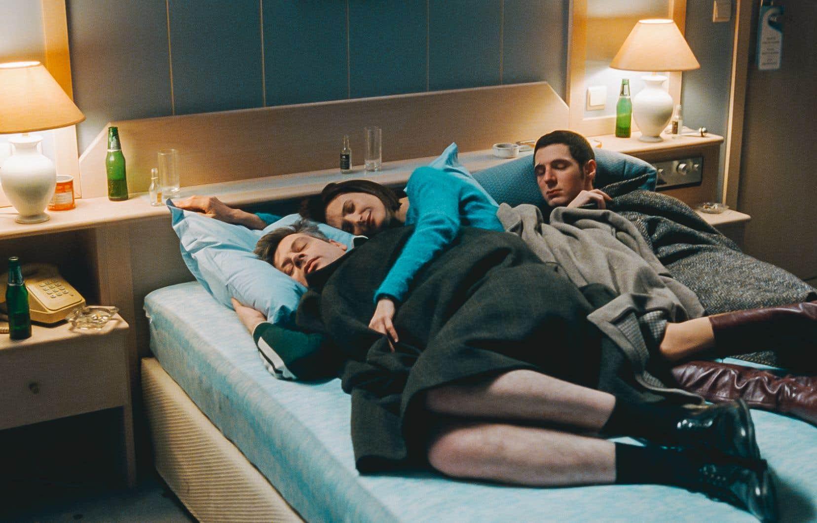 Benjamin Biolay, Camille Cottin et Vincent Lacoste dans «Chambre 212»