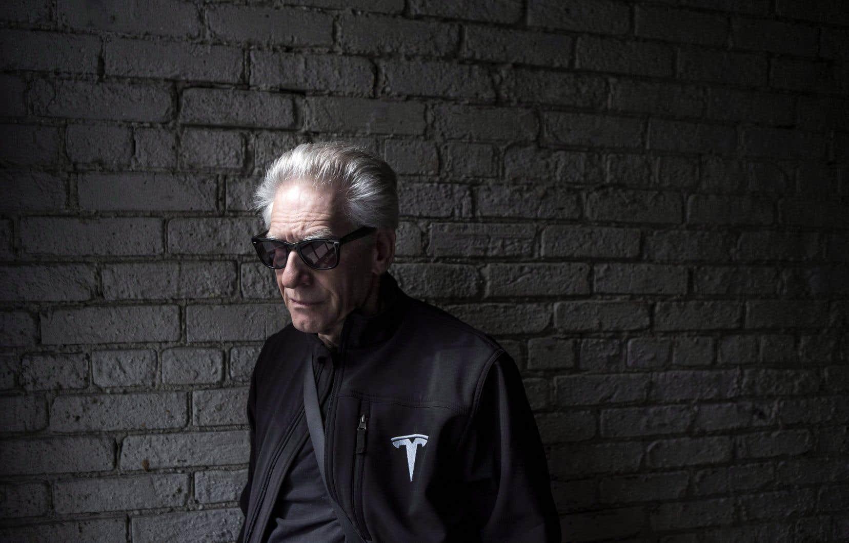 David Cronenberg ne voulait à l'origine rien savoir d'adapter le roman de J.G. Ballard, un brûlot littéraire de plein droit. À l'époque, le cinéaste pourtant reconnu pour le caractère visqueux de ses œuvres des années 1970-1980 fut de son propre aveu «révulsé» par l'ouvrage que lui remit le producteur Jeremy Thomas.