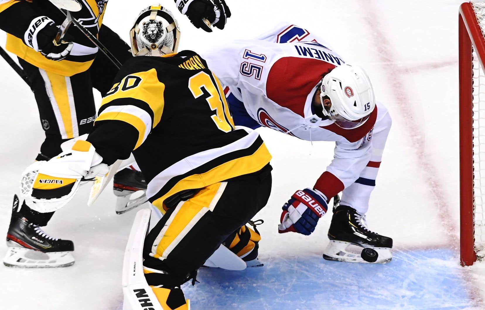 Jesperi Kotkaniemi marquant un but durant le premier match contre les Penguins, samedi