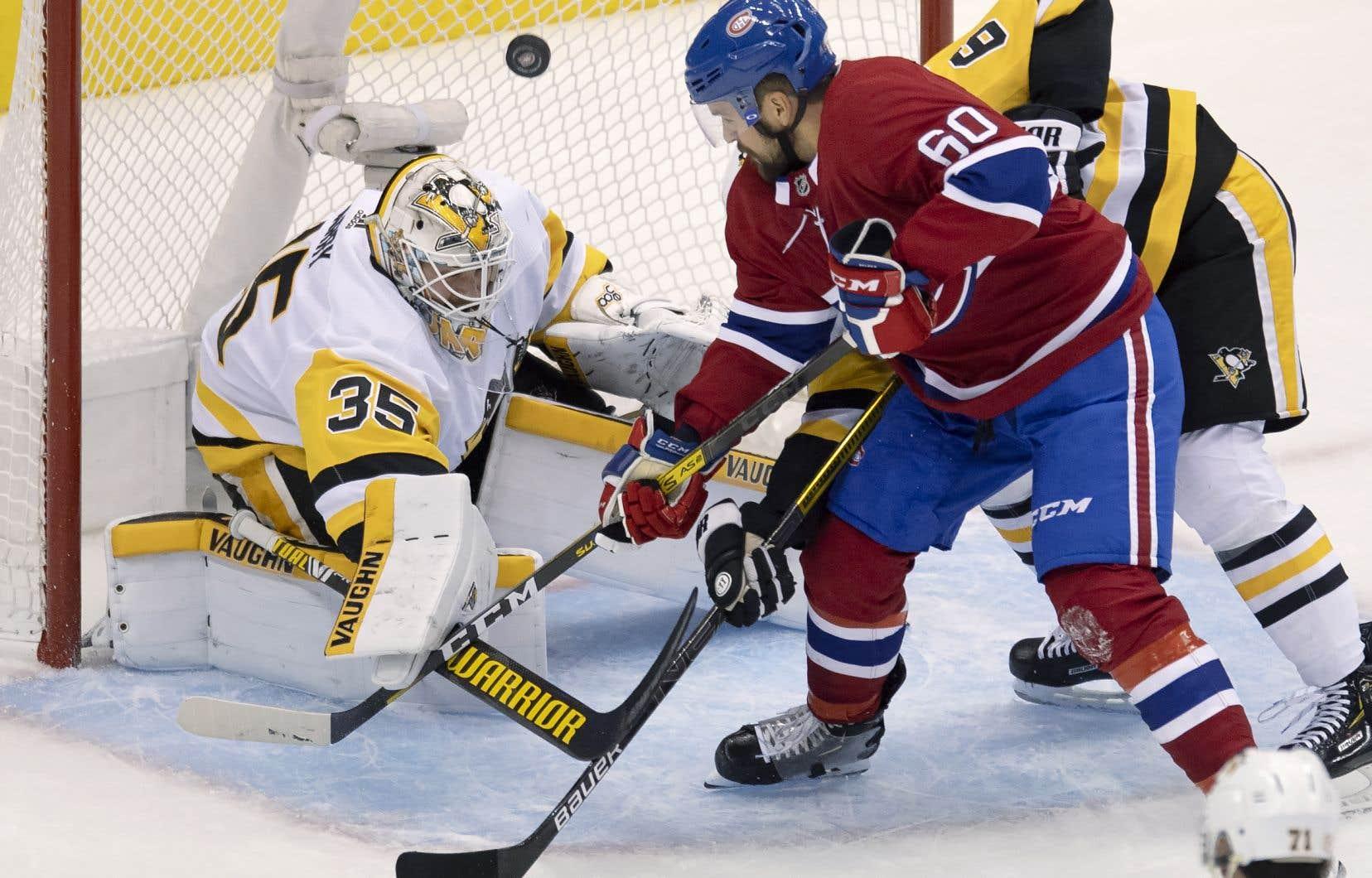 Alex Belzile a réussi à tirer sur le gardien des Penguins, Tristan Jarry, malgré la surveillance étroite du défenseur John Marino, en première période, vendredi, dans le quatrième match de la série présenté à Toronto.