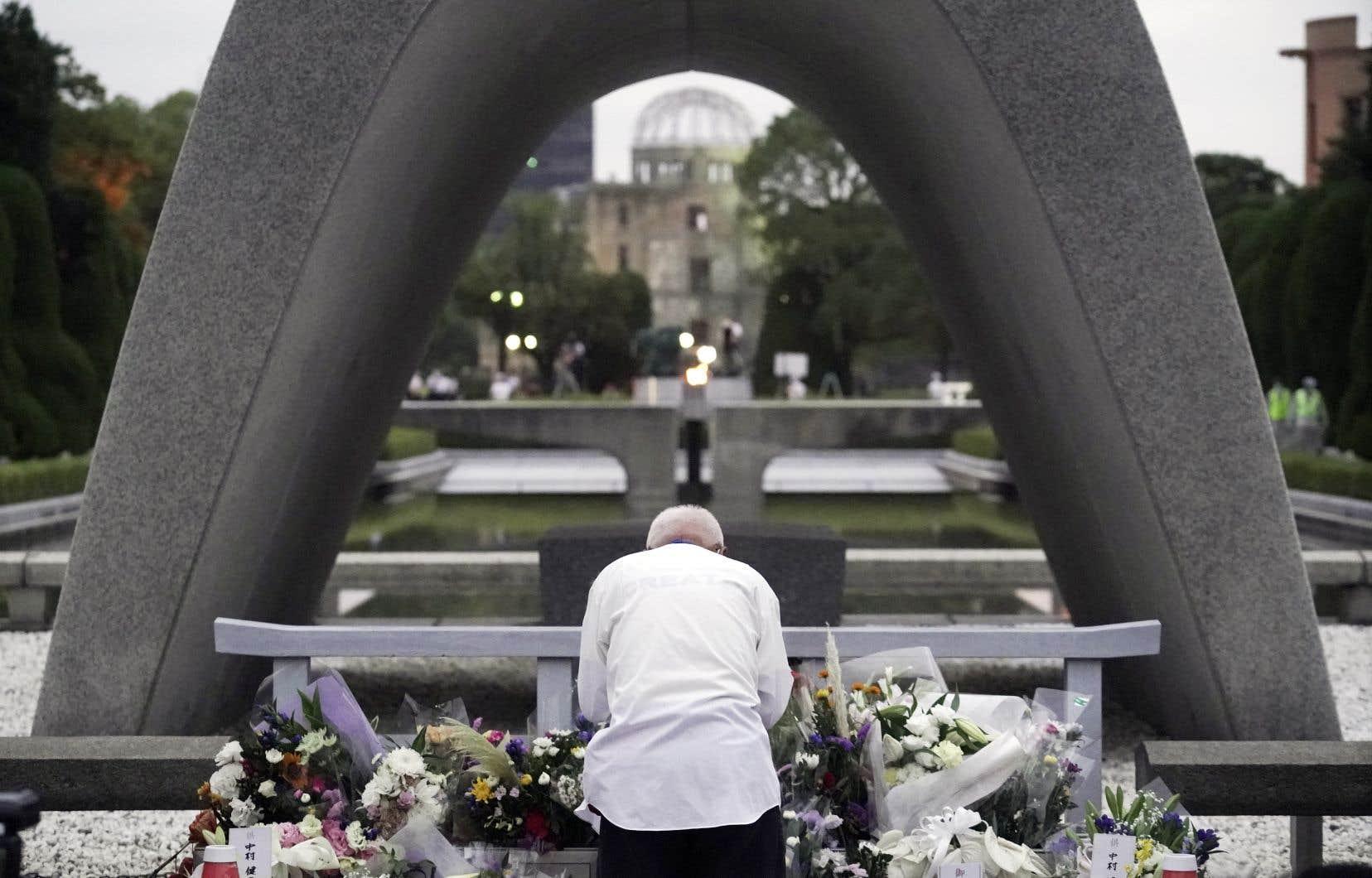 Prières et hommages se sont tenus dans le contexte particulier de la pandémie de COVID-19 qui a contraint le Japon à les limiter cette année. Au parc du Mémorial de la paix d'Hiroshima, le cénotaphe (notre photo) comprend les noms de 4943 survivants décédés au cours de l'année écoulée. Pas moins de 324 129 personnes sont maintenant commémorées dans le monument.
