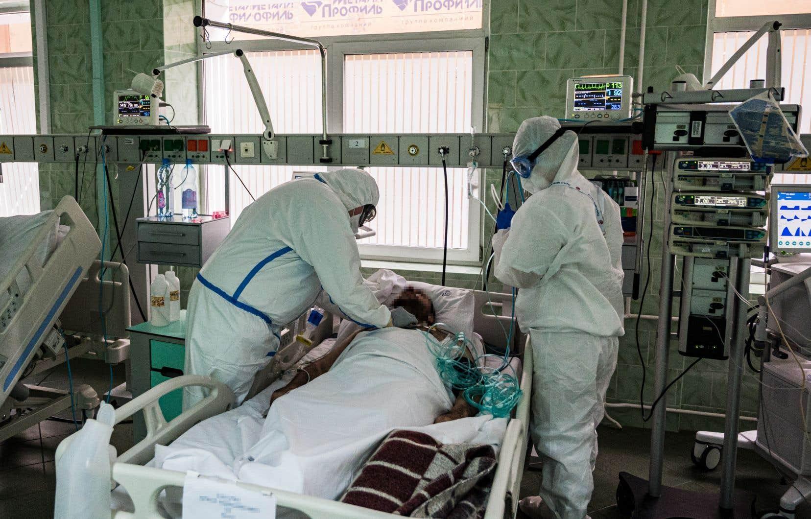 <p>La Russie ne recense dans le bilan officiel des morts de la COVID-19 que les décès dont la cause première est le coronavirus, après autopsie.</p>