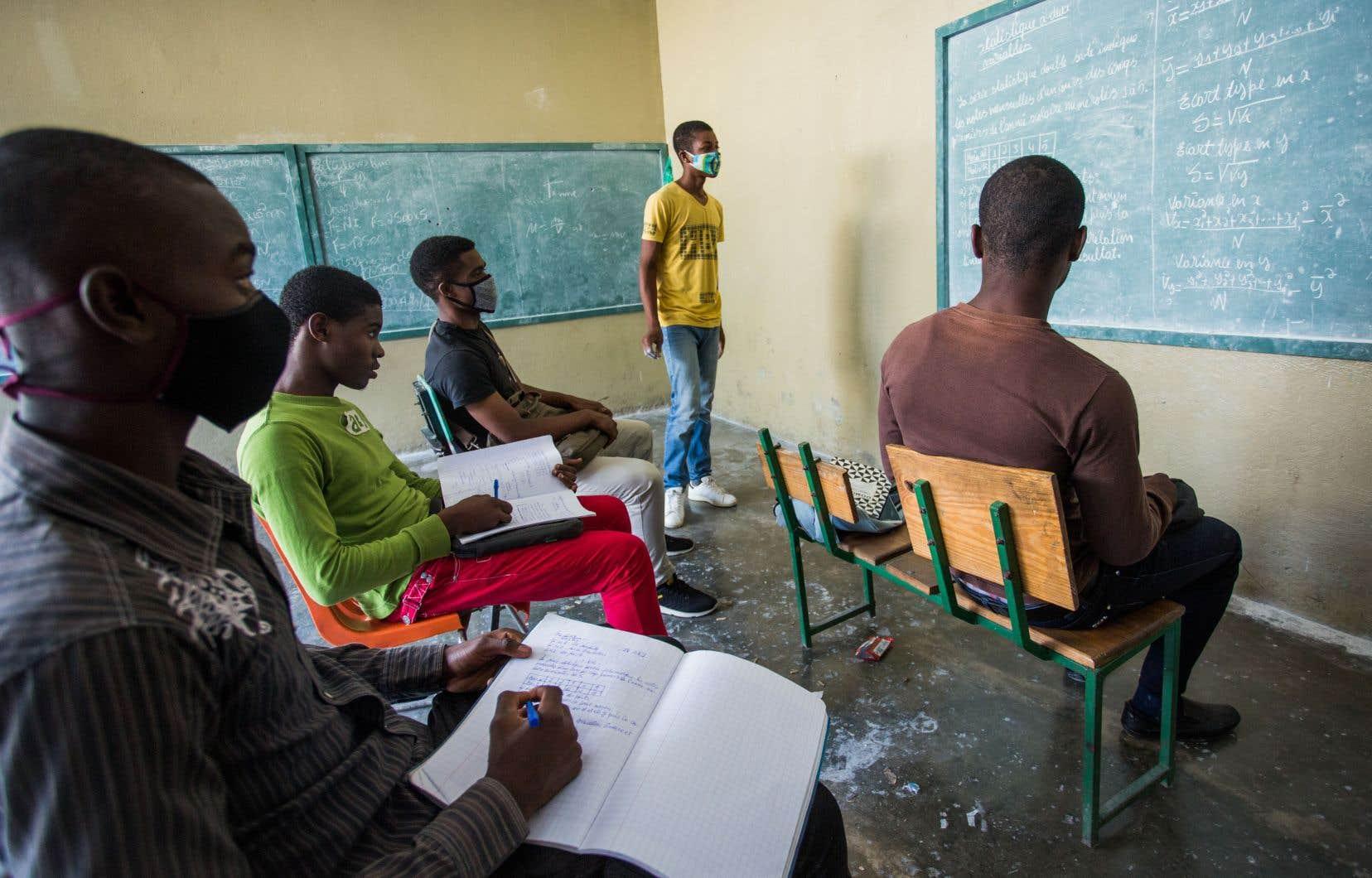 La pandémie exacerbe les défis et le manque d'infrastructures du système éducatif dans le pays.