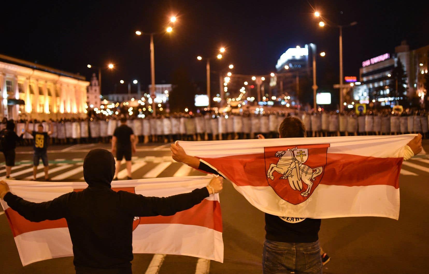 Les policiers ont été déployés en très grand nombre pour repousser des centaines de manifestants biélorusses descendus dans la rue dès que les sondages ont donné la victoire à Alexandre Loukachenko.