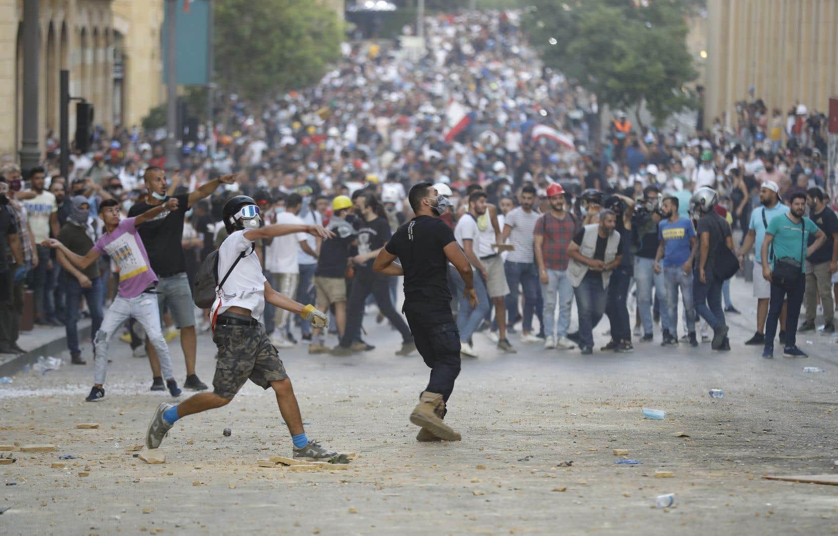 Des manifestants ont jeté des pierres et tiré des feux d'artifice en direction de la police, qui a répliqué avec des tirs de gaz lacrymogène.