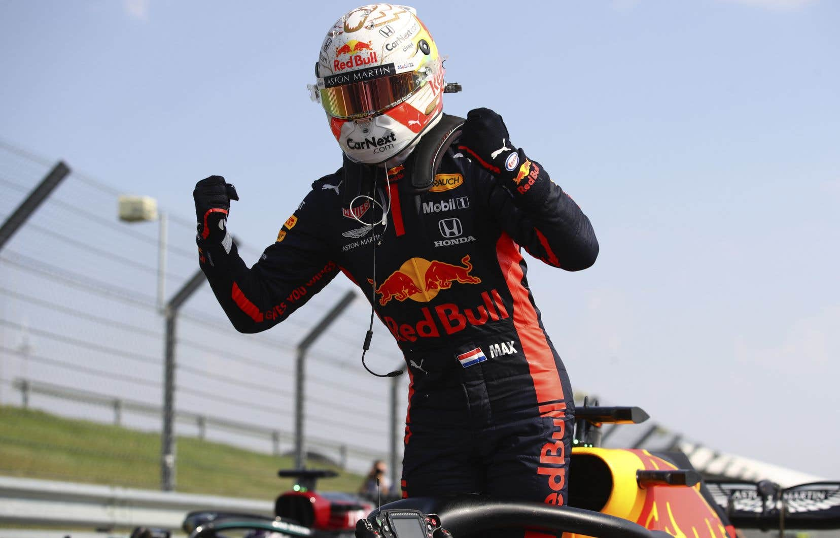 Max Verstappen célébrant sa victoire au fil d'arrivée