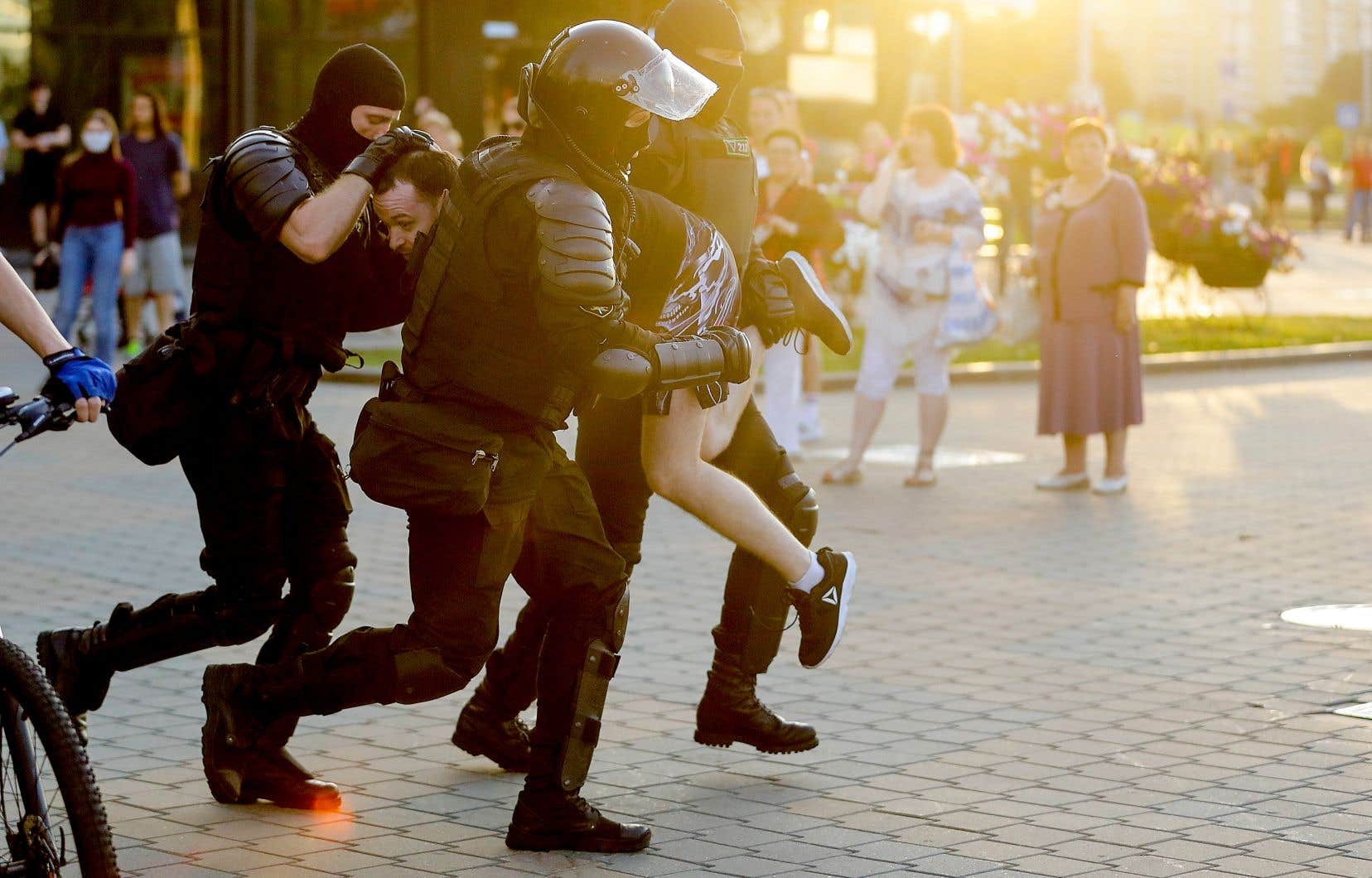 Des policiers anti-émeutes ont arrêté de façon musclée des manifestants présents à Minsk pour une deuxième soirée de suite, lundi, en réaction au scrutin controversé de dimanche.