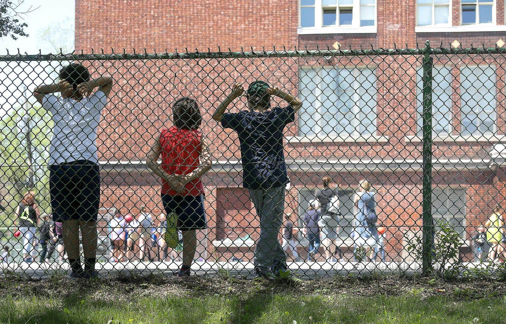 Pour l'année scolaire à venir, les horaires de récréation seront construits de manière à ce que tous les élèves ne se côtoient pas en même temps. Le masque ne sera pas obligatoire dans la cour extérieure.