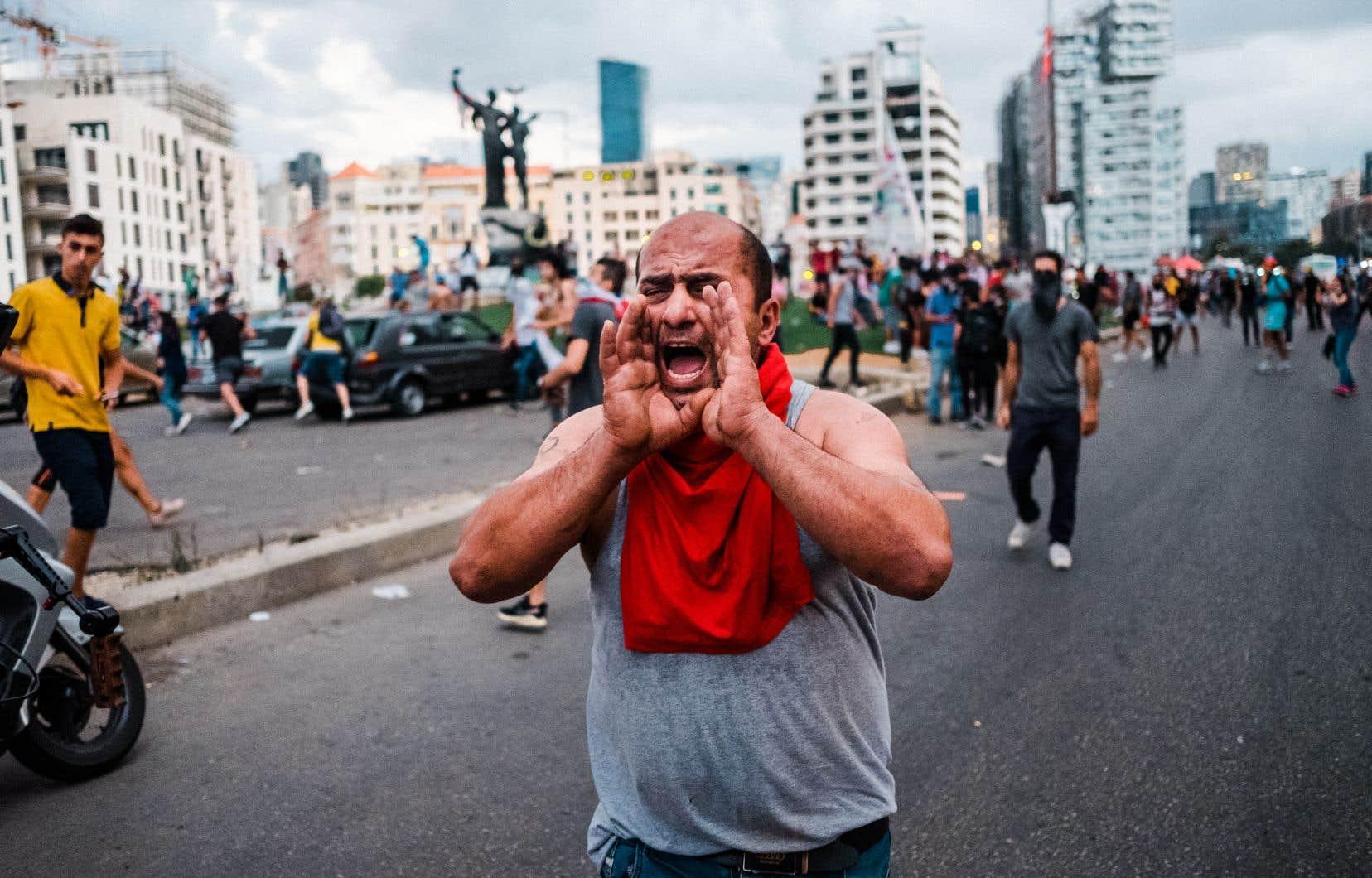 Il n'aura fallu que de quelques minutes pour que la rue réponde à la nouvelle âprement attendue de la démission du gouvernement, mais qui est loin de sonner le glas du mouvement de révolte.