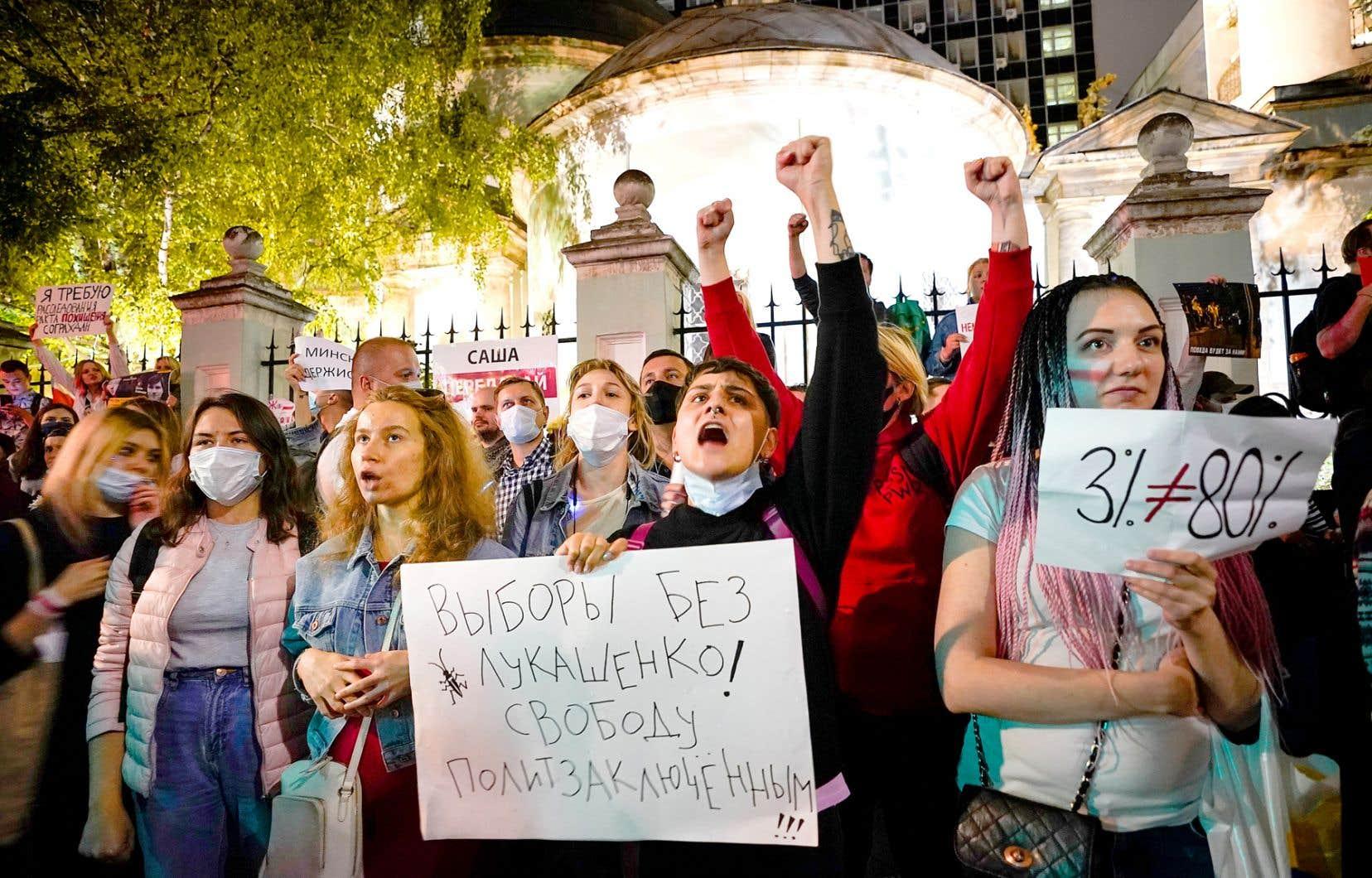 Mardi soir, des centaines de protestataires se sont réunis dans le centre de Minsk. Plusieurs brandissaient des pancartes qui tournaient en dérision les résultats officiels du scrutin de dimanche.