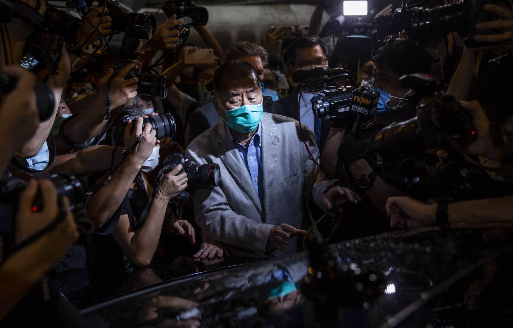 Le magnat des médias Jimmy Lai, bien connu pour ses critiques de Pékin, a été remis en liberté sous caution mardi soir.