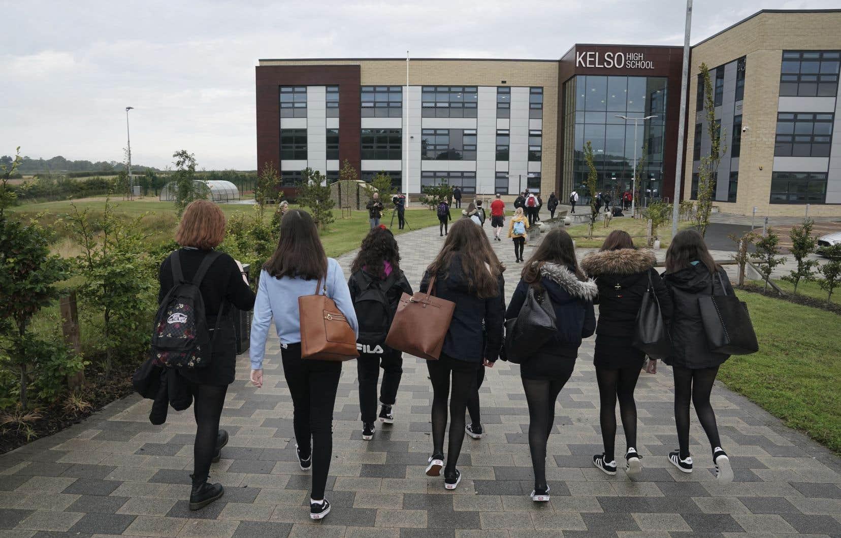 Des élèves arrivent à l'école secondaire Kelso alors que les écoles écossaises ont commencé à rouvrir, mardi 11 août 2020.