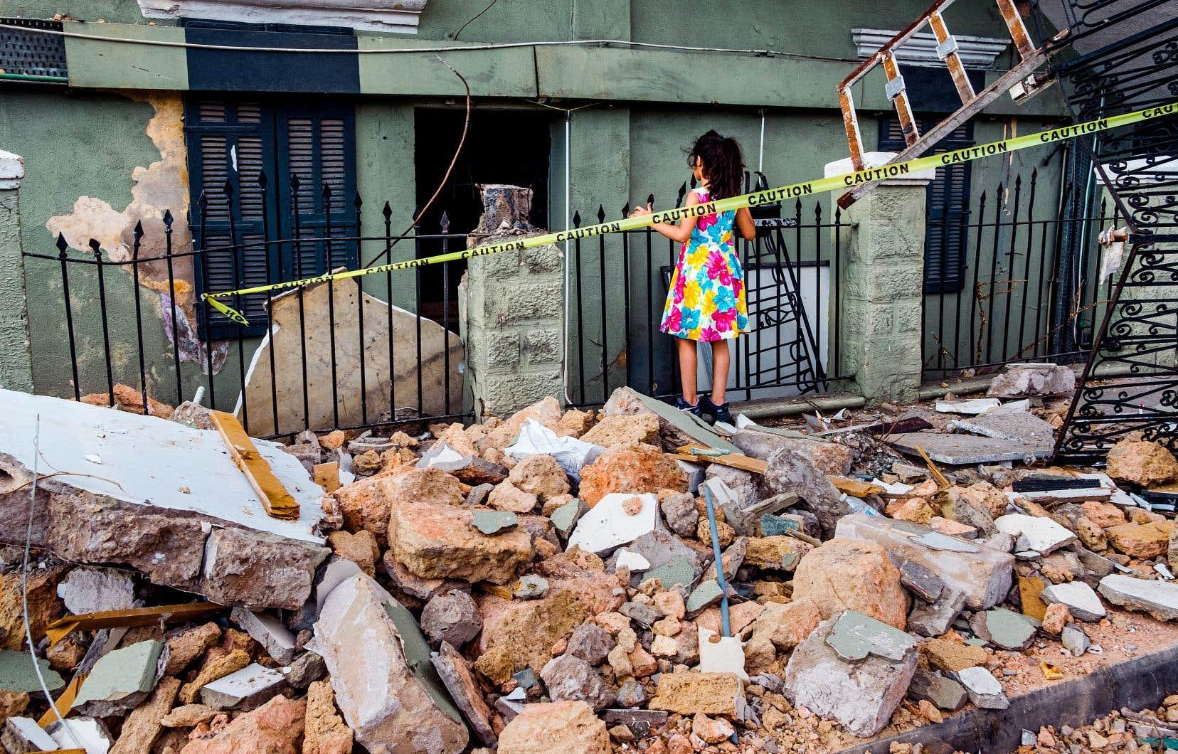 Une jeune fille joue parmi les décombres dans le quartier Karantina, à Beyrouth. Au cours de son histoire, la capitale libanaise a connu calamité par-dessus calamité. «Combien de fois on va devoir rebâtir nos maisons?», demande le père Paul Mattar.