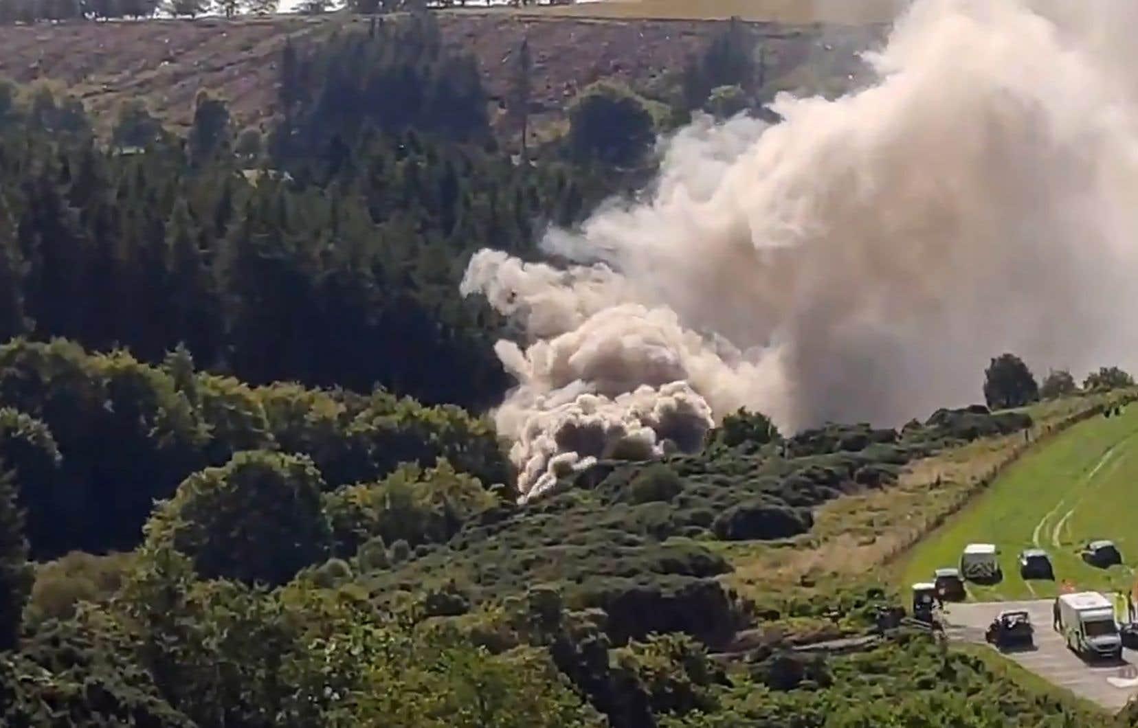 Toute la matinée, des volutes de fumée se sont dégagées des lieux de l'accident, survenu dans un vallon boisé.