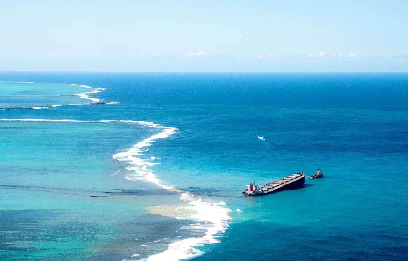 Sur l'ensemble des hydrocarbures échappés du bateau, les équipes de dépollution sont parvenues jusqu'à présent à collecter 570 tonnes, dans la baie et sur la côte.