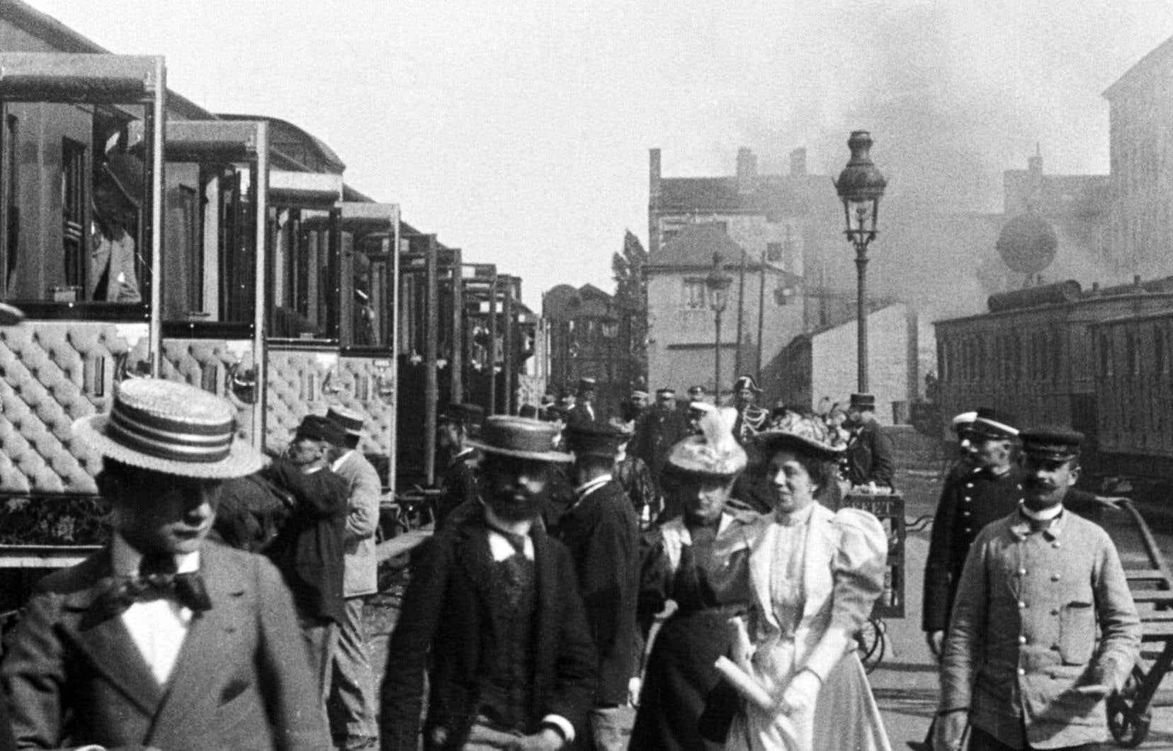 Plusieurs de ces films, réalisés entre 1895 et 1905, certains célèbres, tels «La sortie de l'usine Lumière à Lyon», «L'arroseur arrosé» ou, comme ici, «Arrivée d'un train à Perrache», sont ici réunis en voyages dans le temps par volets thématiques porteurs de sens.