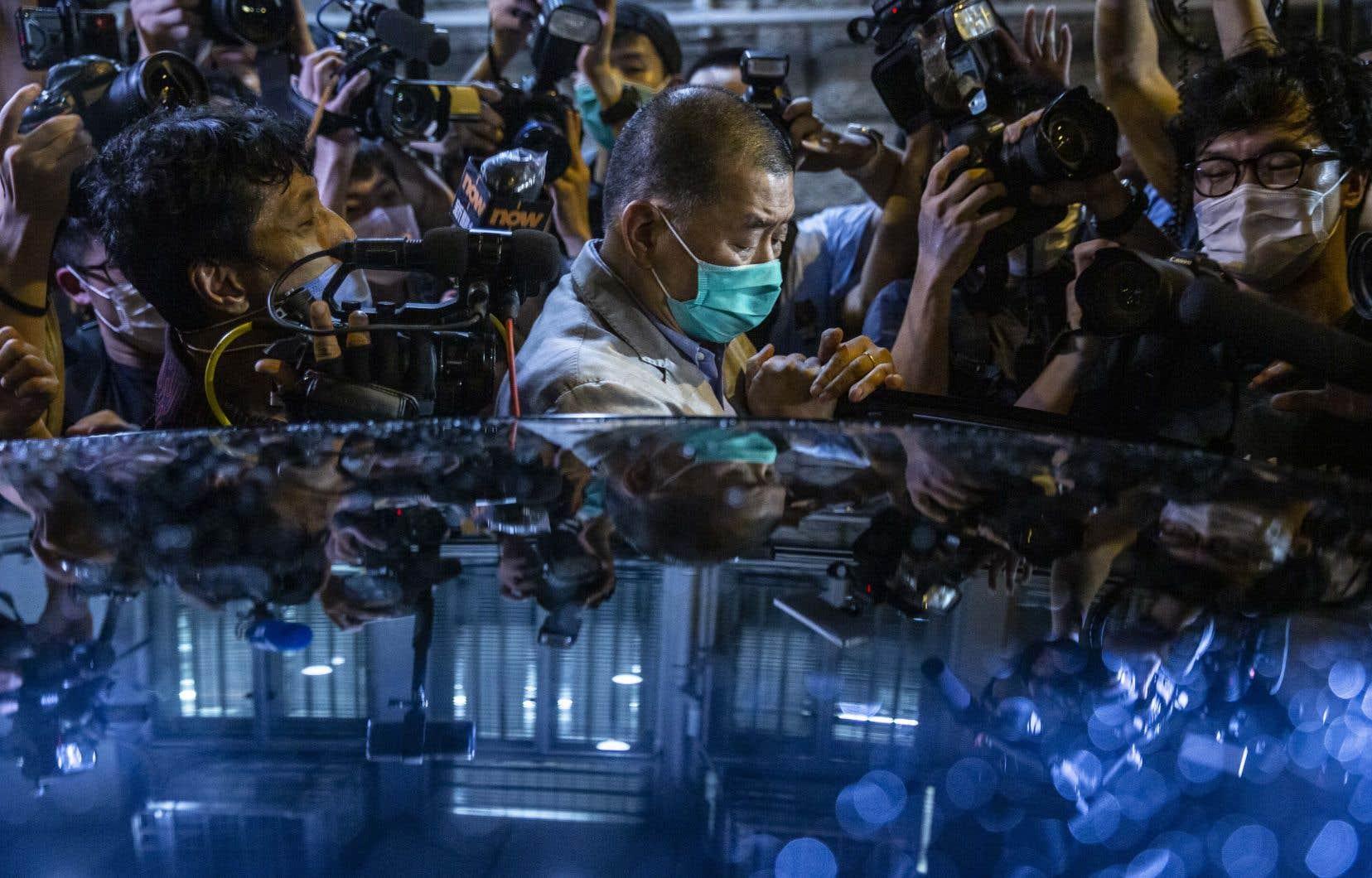 Détenu pendant 40heures avant d'être libéré sous caution, l'homme de 71ans est rapidement retourné dans la salle de rédaction du média sous l'acclamation du personnel.