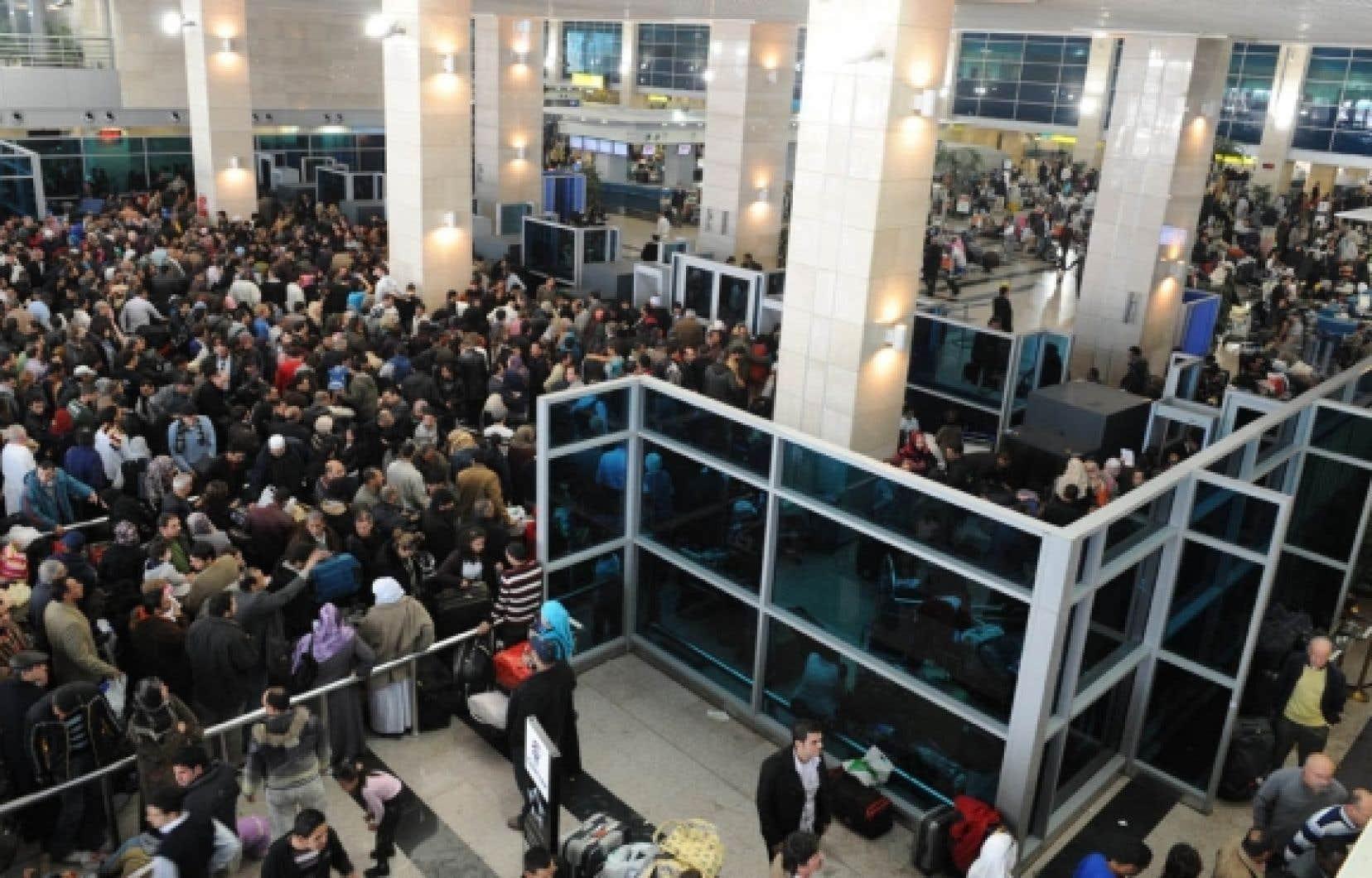 Une foule dense se pressait hier à l'aéroport international du Caire dans l'espoir de quitter l'Égypte au plus vite. Les Canadiens, eux, ont souffert de la désorganisation des services consulaires.<br />