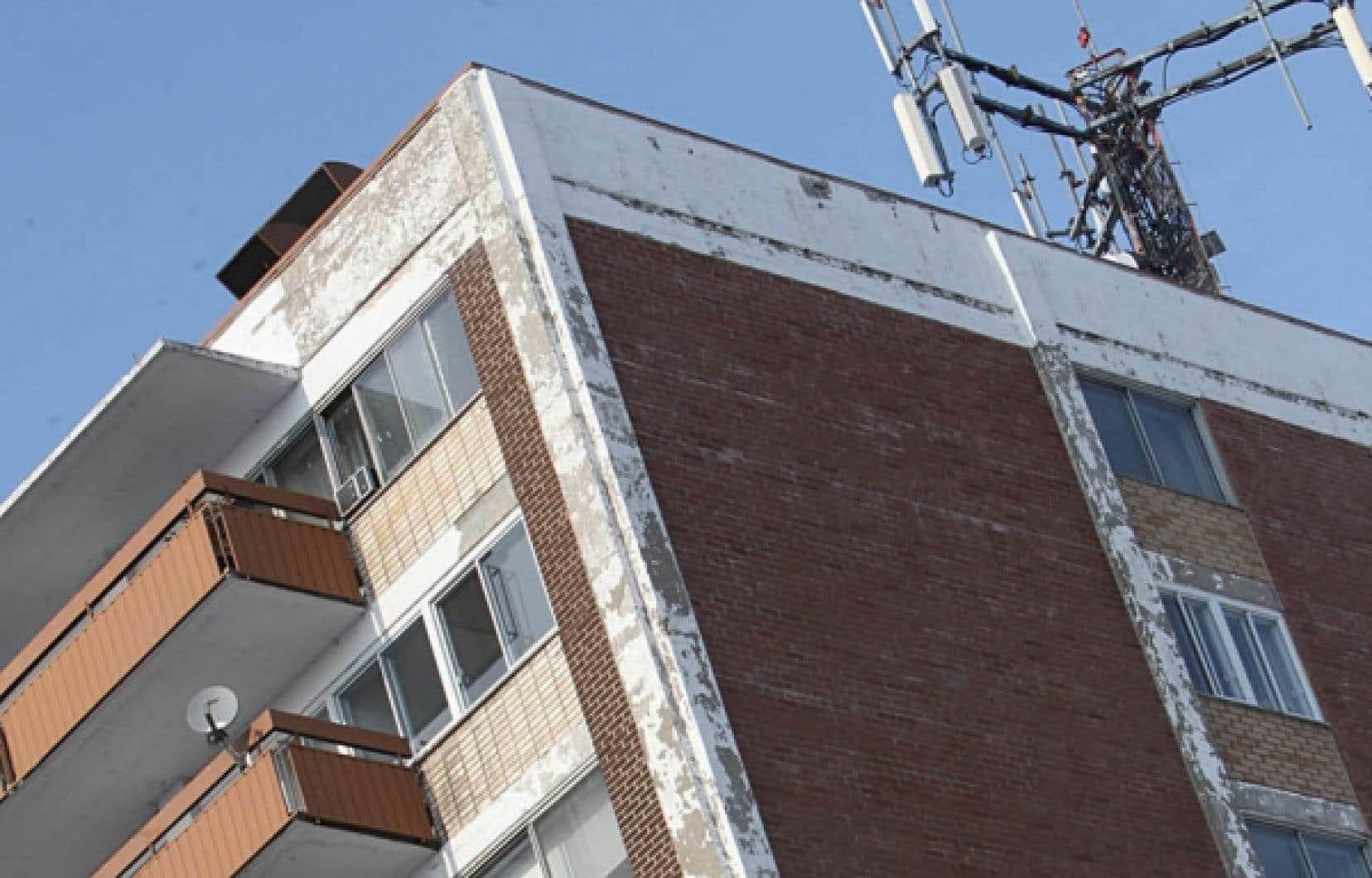 Les antennes de téléphonie mobile se multiplient sans que les villes aient leur mot à dire.