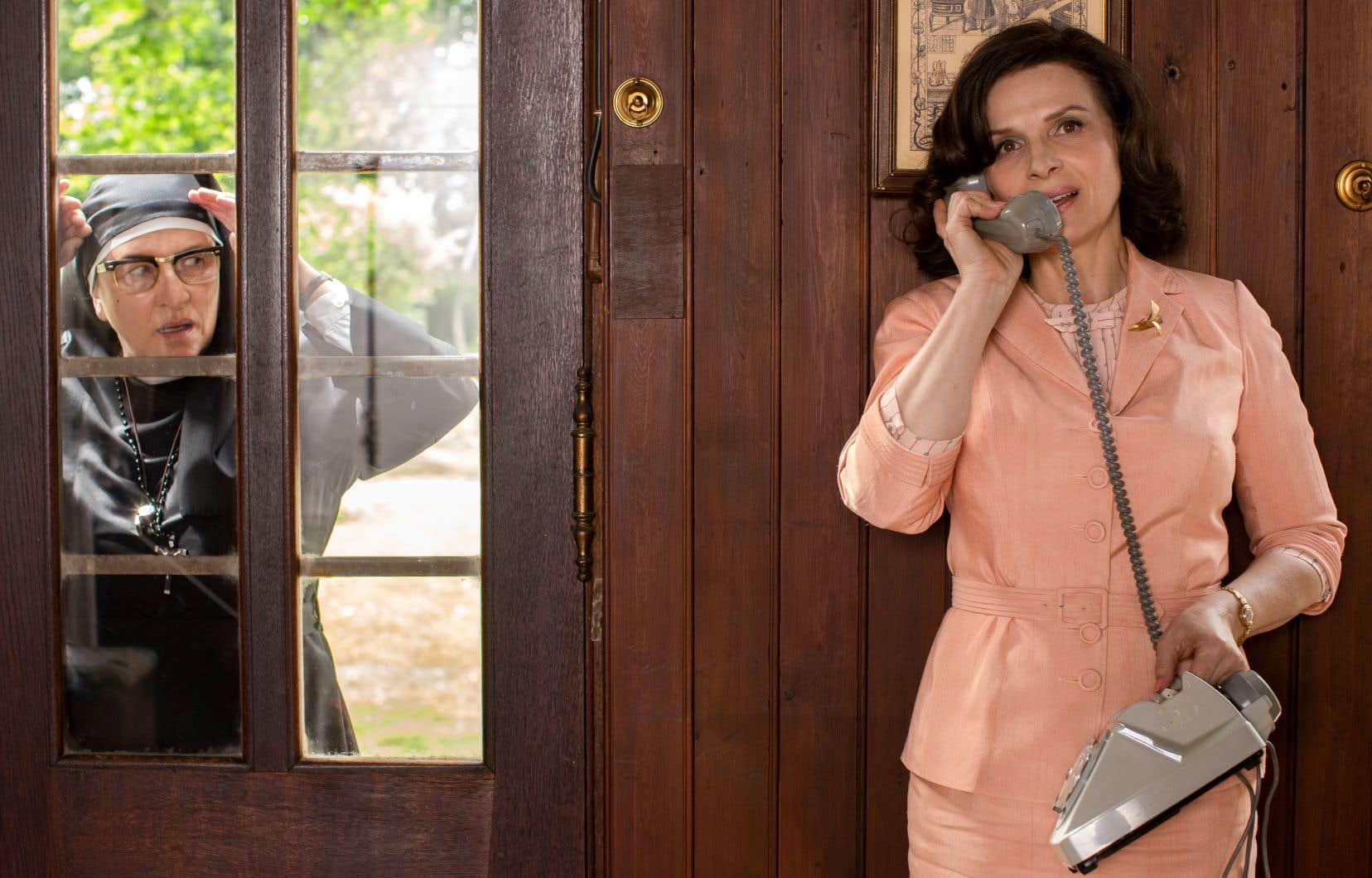 Juliette Binoche tient le premier rôle: celui d'une épouse modèle, Paulette Van Der Beck, qui dirige en Alsace une école ménagère où l'on enseigne aux filles à bien tenir leur foyer, aux côtés d'une religieuse ex-résistante, Noémie Lvovsky.