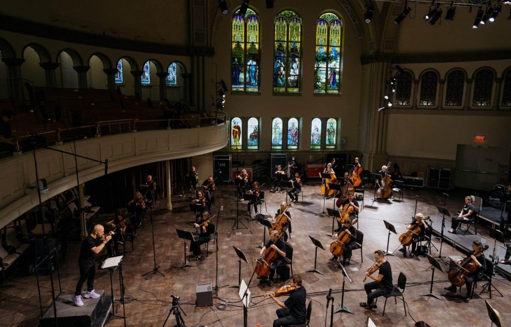 Le chef Yannick Nézet-Séguin et les musiciens de l'Orchestre Métropolitain pendant un enregistrement à la salle Bourgie ce printemps