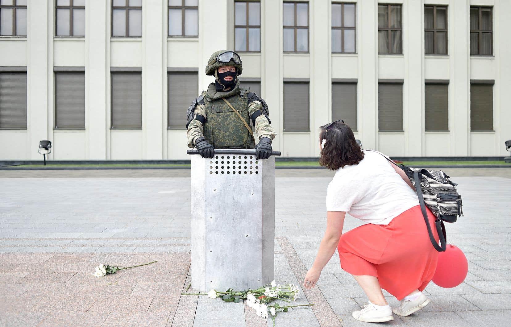 Vendredi, les chaînes humaines pacifiques se sont répandues comme la veille partout en Biélorussie pour dénoncer la brutalité de la police et les fraudes électorales. Plusieurs manifestants prenaient les policiers dans leurs bras ou leur offraient des fleurs.