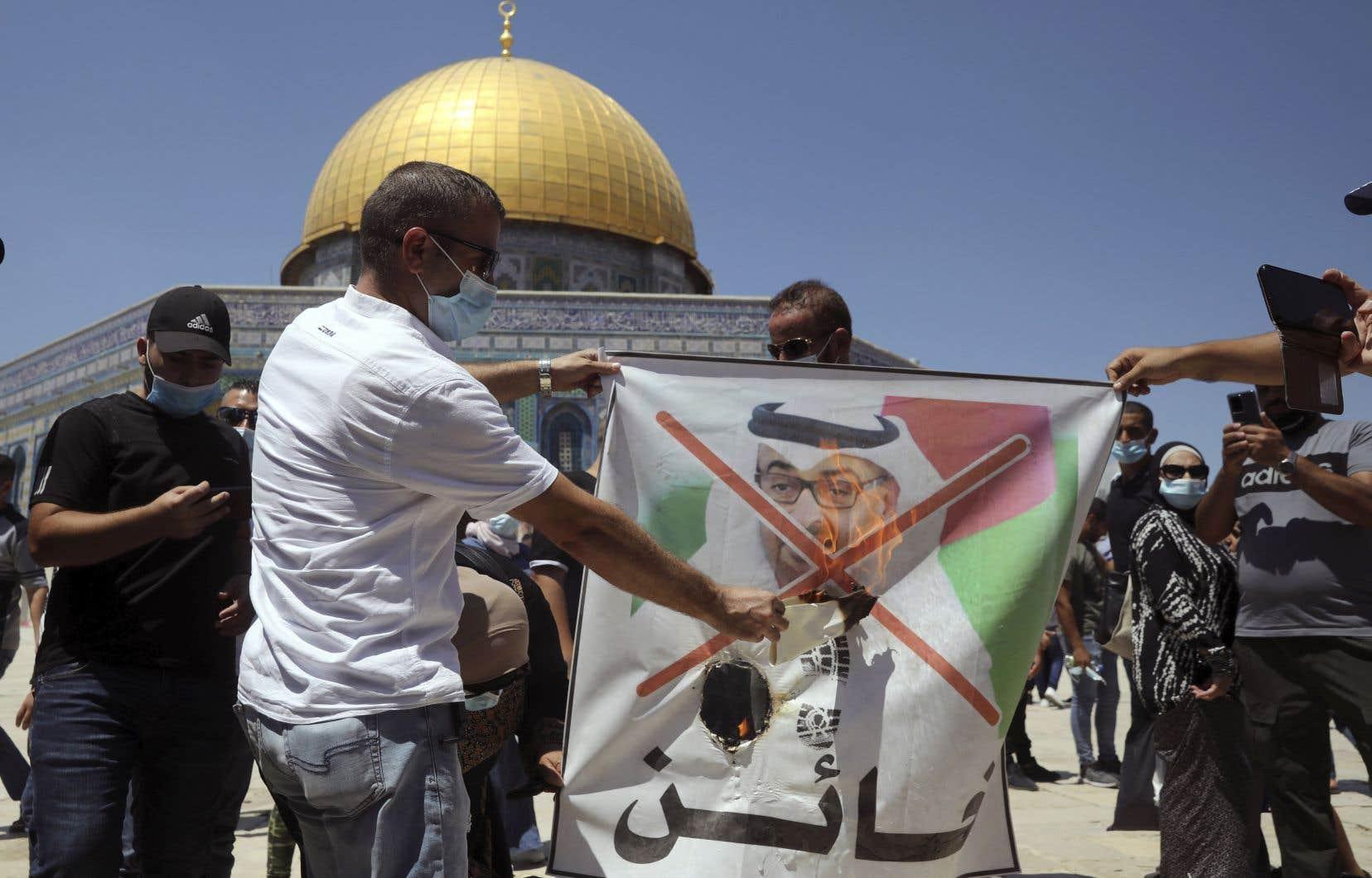 À Jérusalem, des manifestants palestiniens ont brûlé vendredi un portrait de l'homme fort des Émirats arabes unis, cheikh Mohammed ben Zayed Al-Nahyane.