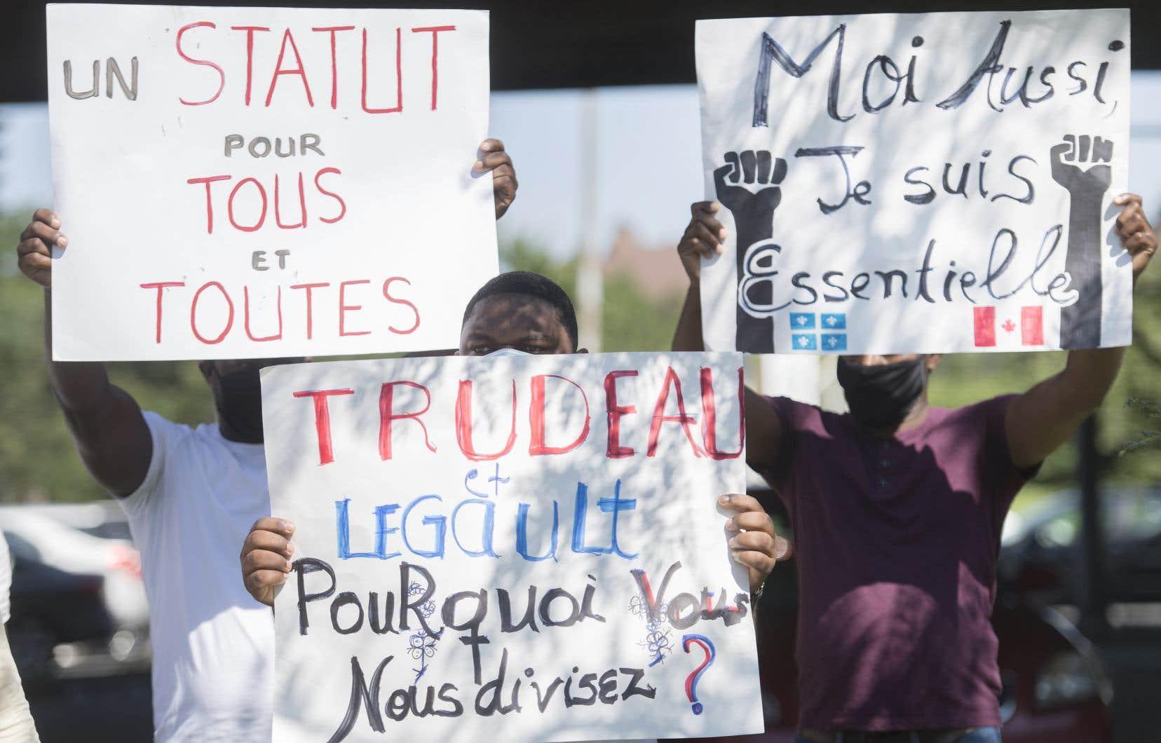 Samedi matin avait lieudevant le bureau montréalais de Justin Trudeau un rassemblement afin de faire pression sur son gouvernement pour qu'il octroie le statut de résident permanent à tous les demandeurs d'asile qui ont été exposés à la COVID-19 dans le cadre de leur travail.