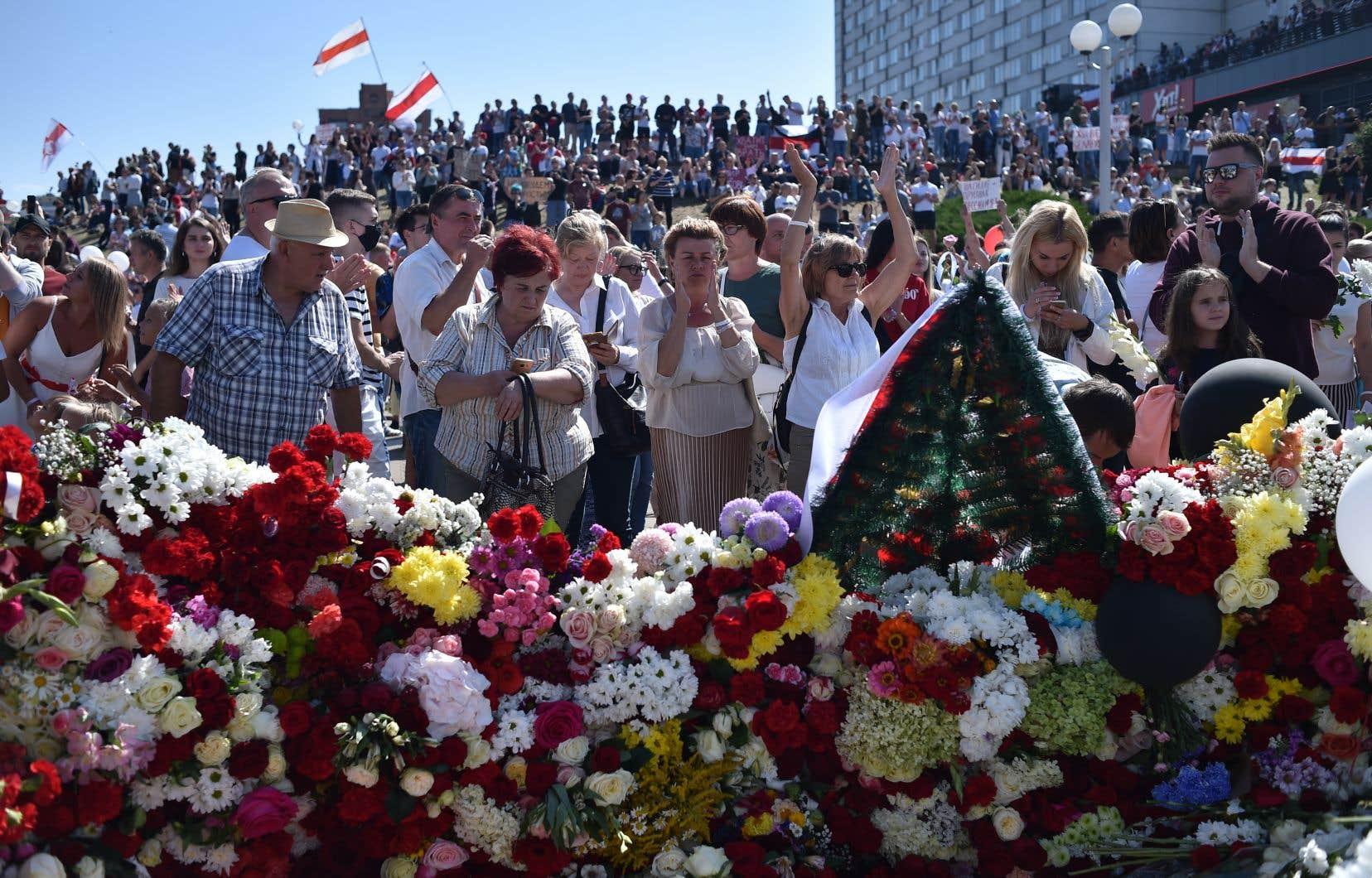 Des milliers de personnes se sont réunies samedi autour de la station de métro Pouchkinskaïa, à l'ouest de la capitale, pour rendre hommage à Alexander Taraikovsky, un homme de 34 ans ayant trouvé la mort à proximité lors d'une manifestation lundi dernier.