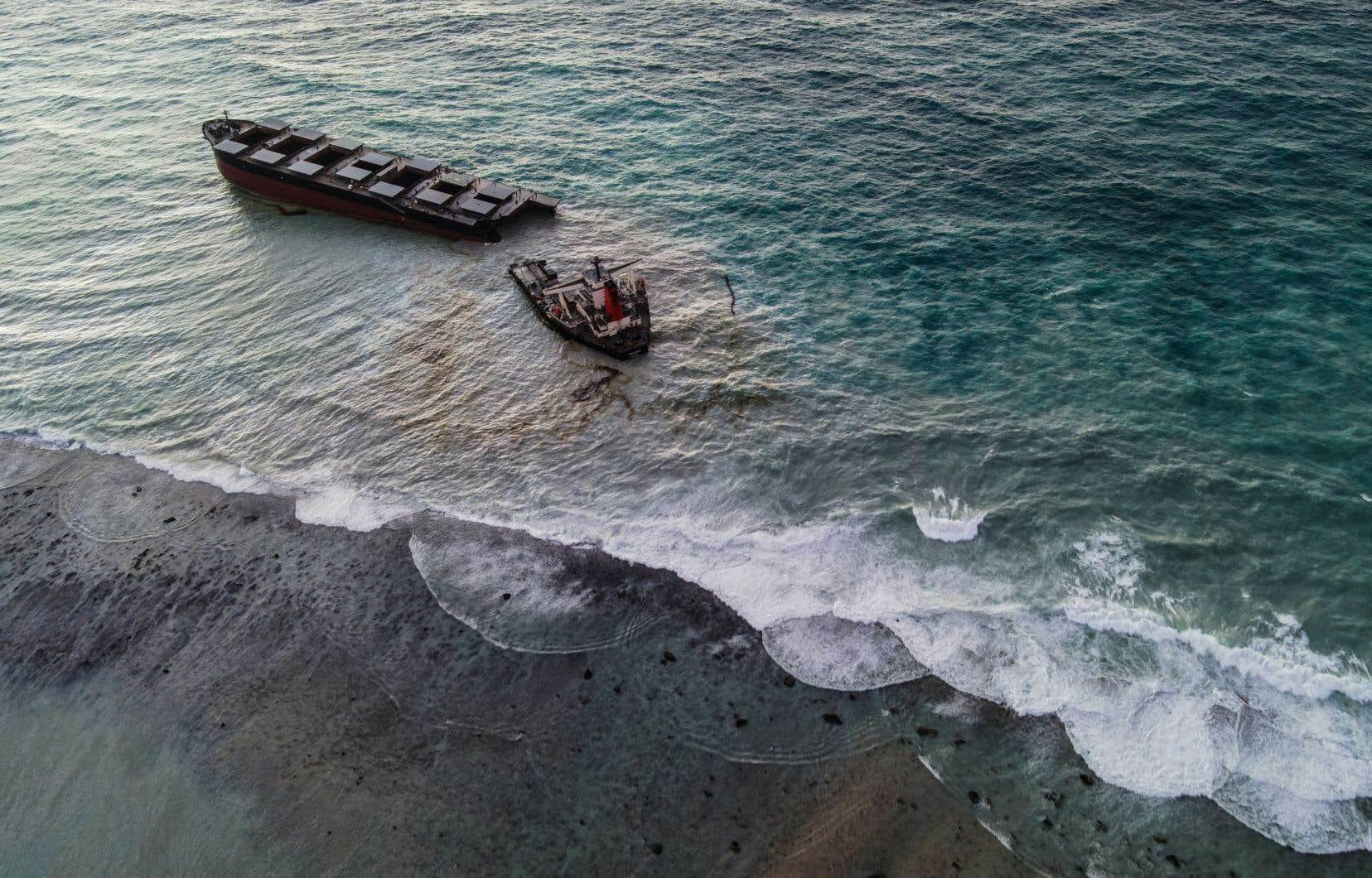 Selon les autorités, il restait environ 90 tonnes de carburant à bord au moment où le bateau s'est cassé en deux.