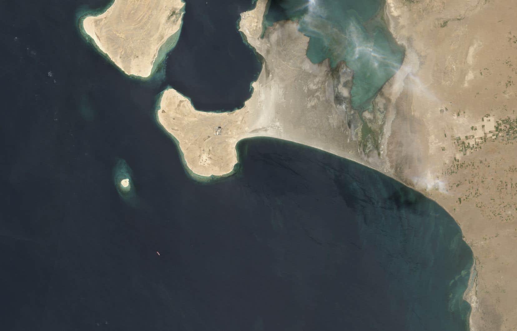 Vieux de 45ans et contenant 1,1million de barils de brut, le FSO Safer est ancré depuis 2015 au large du port de Hodeida (ouest), à une soixante de km des premières zones habitées dans le pays en guerre entre pouvoir et rebelles Houthis depuis 2014.