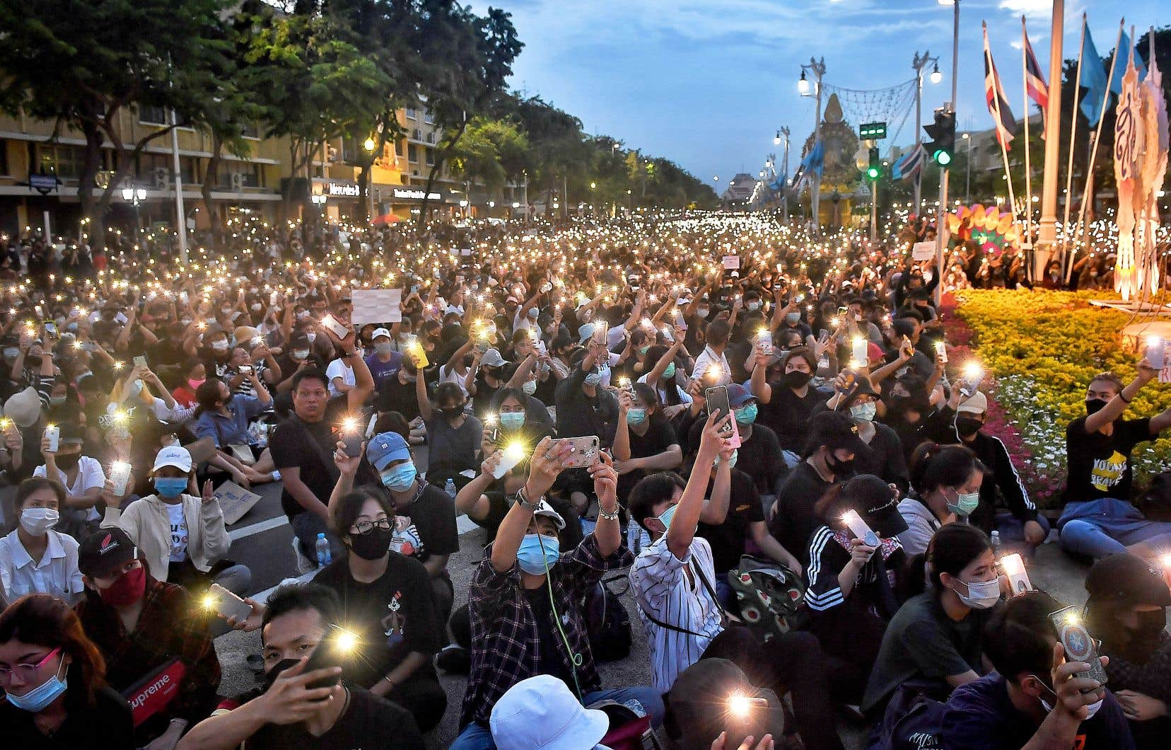 L'un des carrefours les plus achalandés de la capitale thaïlandaise était occupé dimanche après-midi par les manifestants.