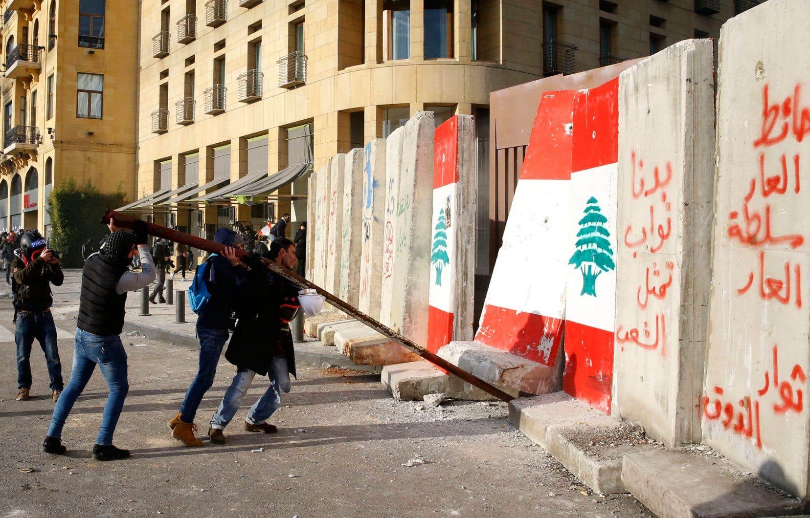 «Comment rallier la grande majorité des Libanais, lassés du pactole entre les élites communautaires?» demande l'auteur.