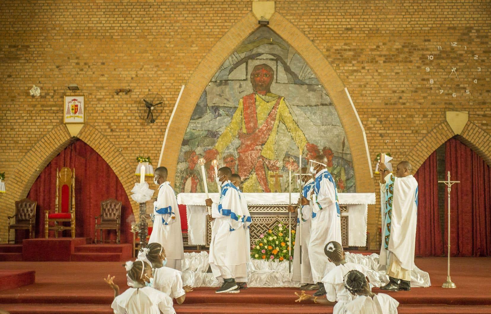 À la cathédrale Notre-Dame (catholique) de Kinshasa, les fidèles munis de leurs masques ont afflué dès 6h30 pour participer à la première messe, qui s'est déroulée dans une ambiance festive, au son des cris de joie.