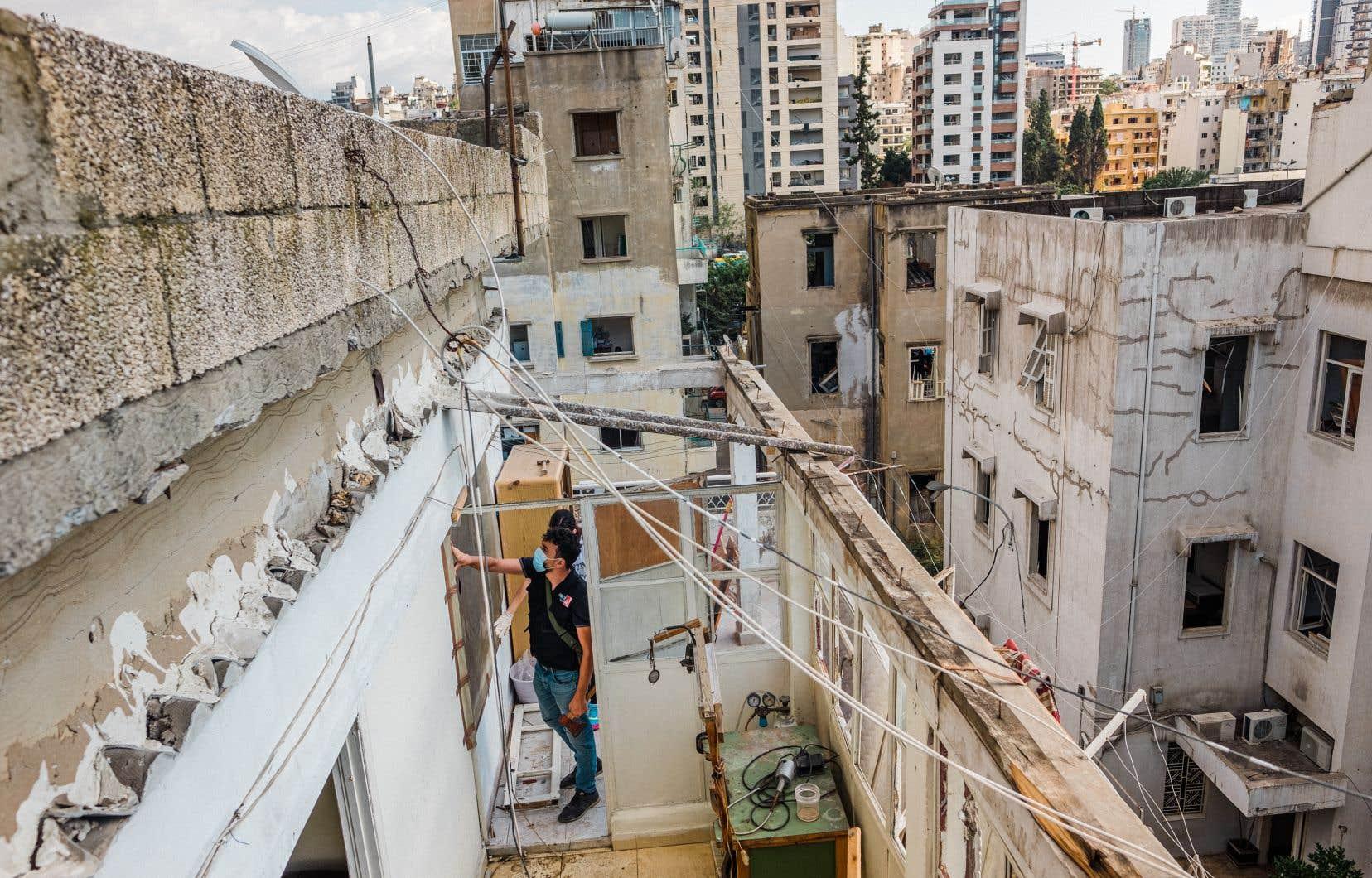Des membres  de l'Union  de la jeunesse démocratique  libanaise  faisaient le tour  des maisons pour installer  du plastique dans les  fenêtres brisées par l'explosion et pour  participer  au nettoyage.