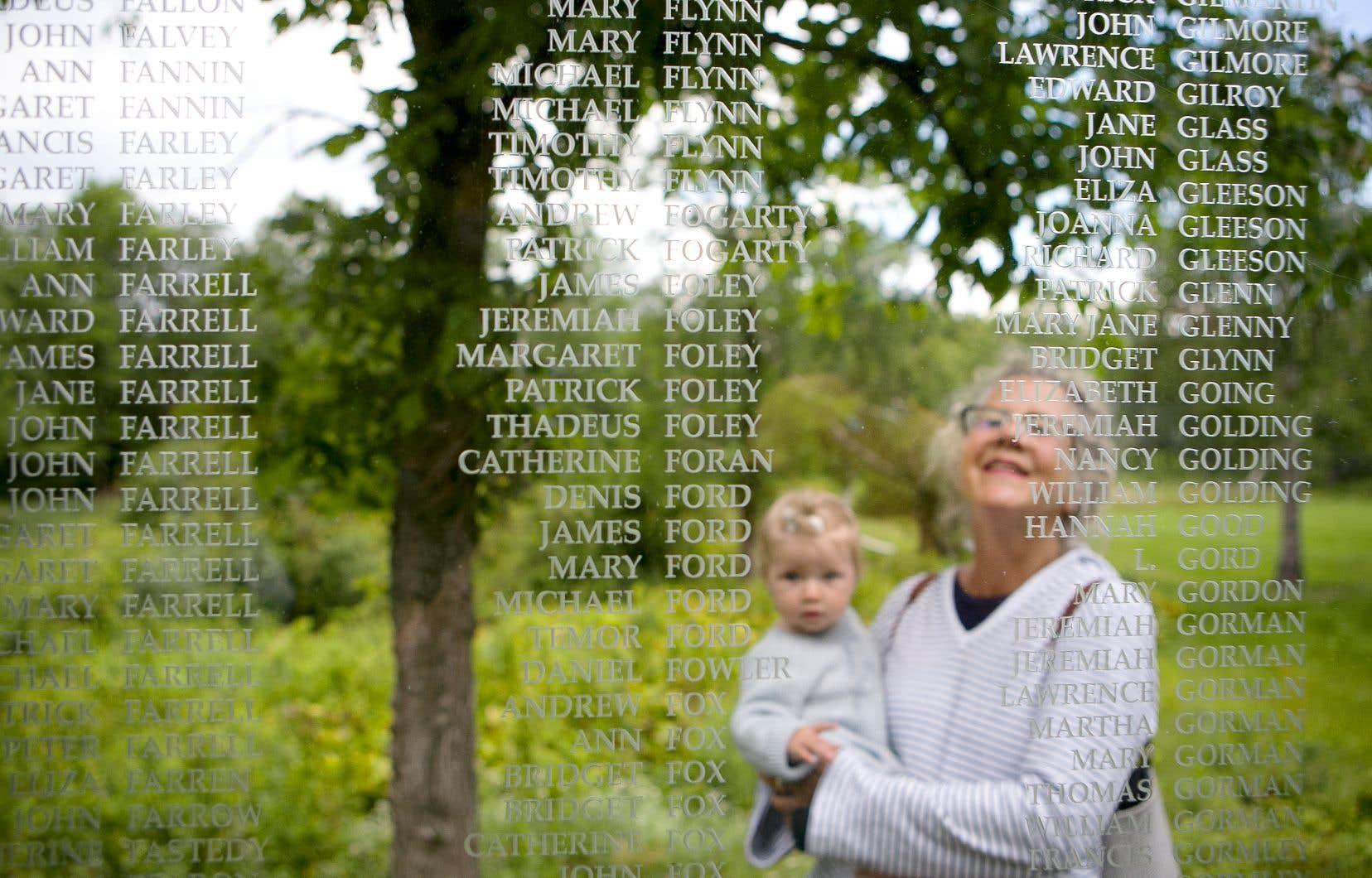 Line Gagnon et sa petite-fille Béa Foley, neuf mois, se tenaient devant un mémorial qui porte les noms des Irlandais décédés lors de leur passage à la Grosse-Île en 1847. Le père de Béa est Australien et porte un nom d'origine irlandaise.