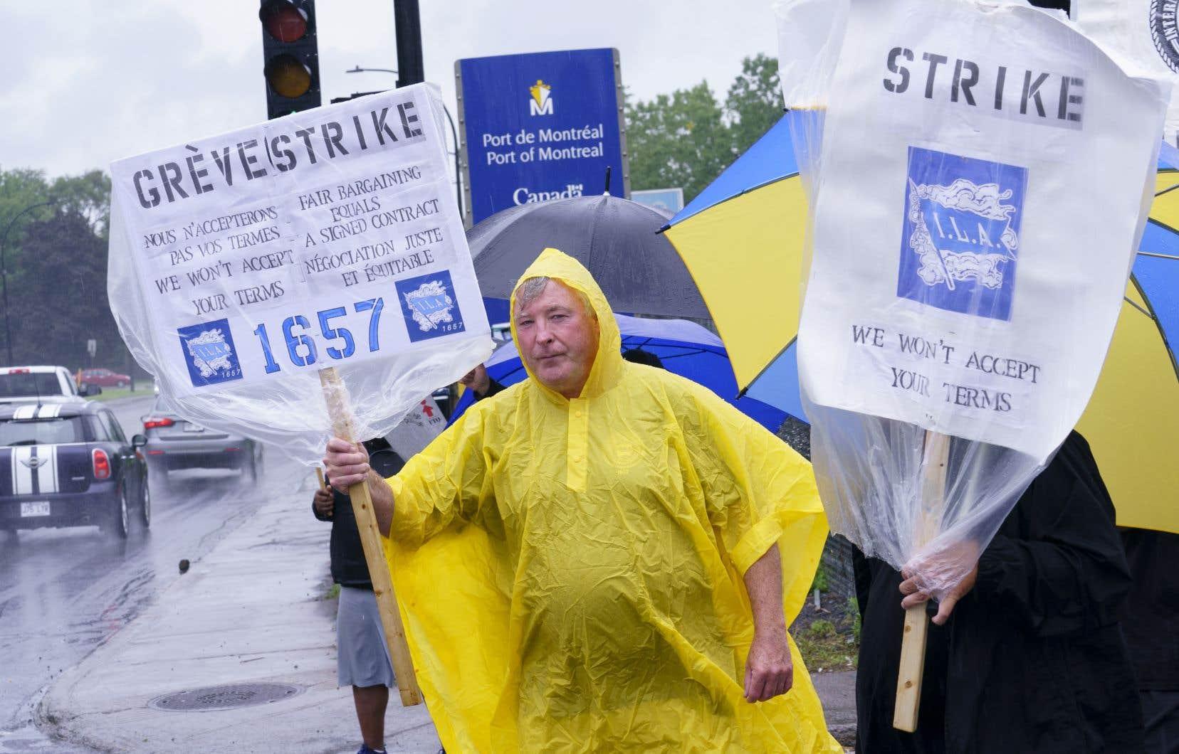 Les grévistes ont bravé la pluie lundi. Les débardeurs du Port de Montréal ont déclenché une grève générale illimitée la semaine dernière.