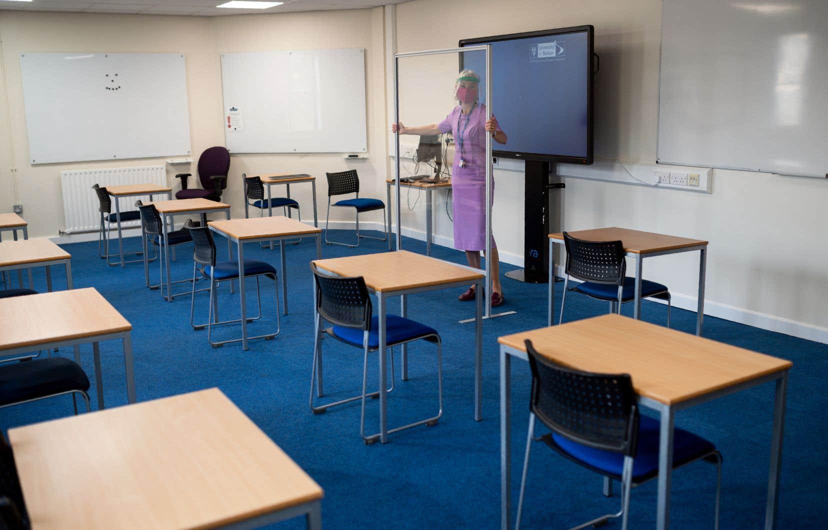 Un peu partout dans le monde, l'utilisation d'écrans barrières s'impose en classe.