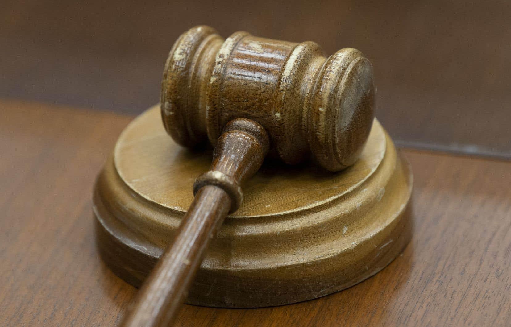 Le Code criminel prévoit qu'un procureur provincial doive promptement obtenir la bénédiction du procureur général du Canada avant de porter des accusations contre un étranger pour des infractions commises à bord d'un aéronef.