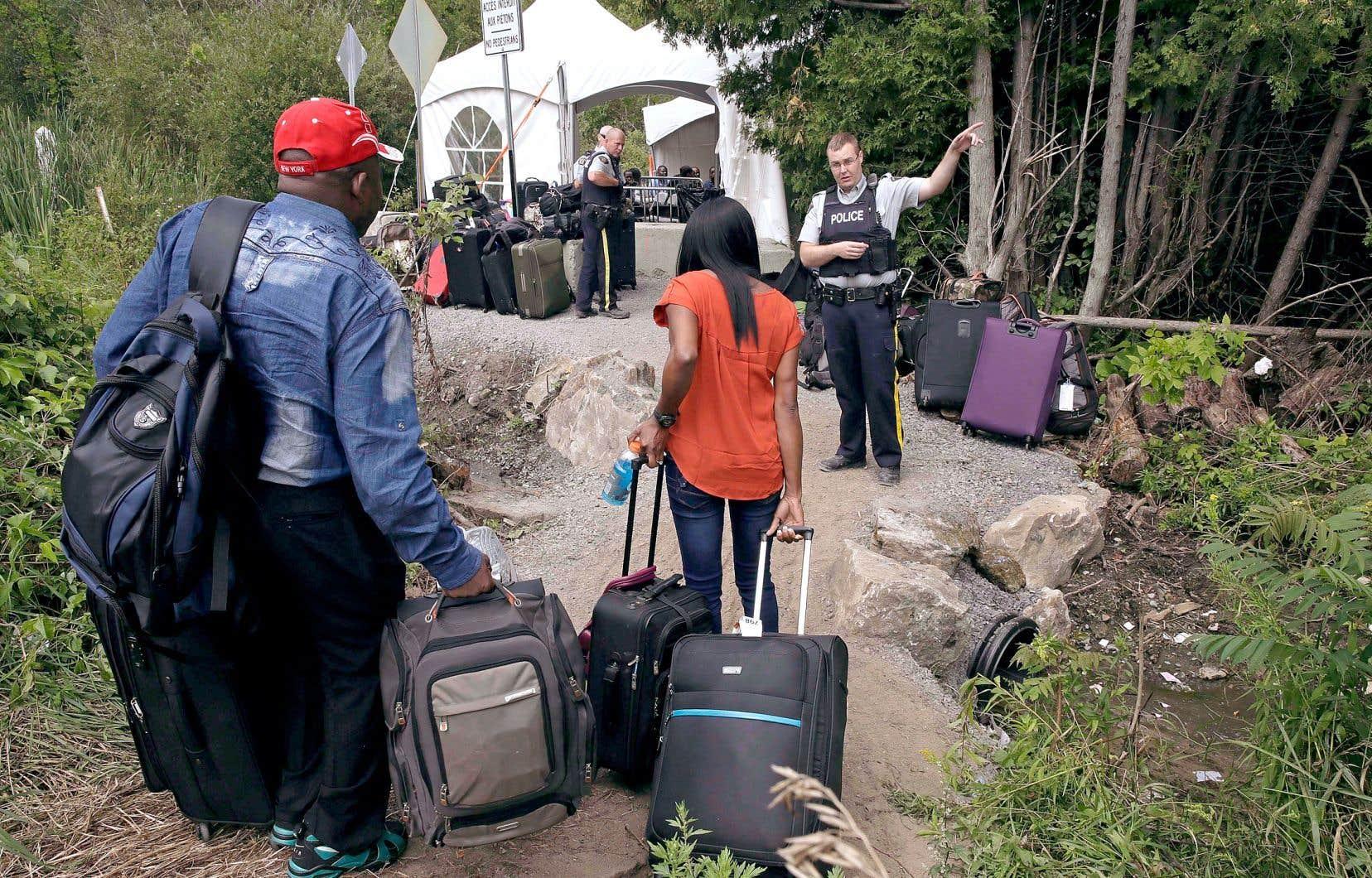 En vertu de l'Entente sur les tiers pays sûrs, le Canada et les États-Unis se reconnaissent mutuellement comme des endroits sûrs où trouver asile. Cela signifie que le Canada peut renvoyer aux États-Unis les réfugiés potentiels qui se présentent aux points d'entrée terrestres, parce qu'ils doivent faire valoir leurs droits où ils sont arrivés en premier.
