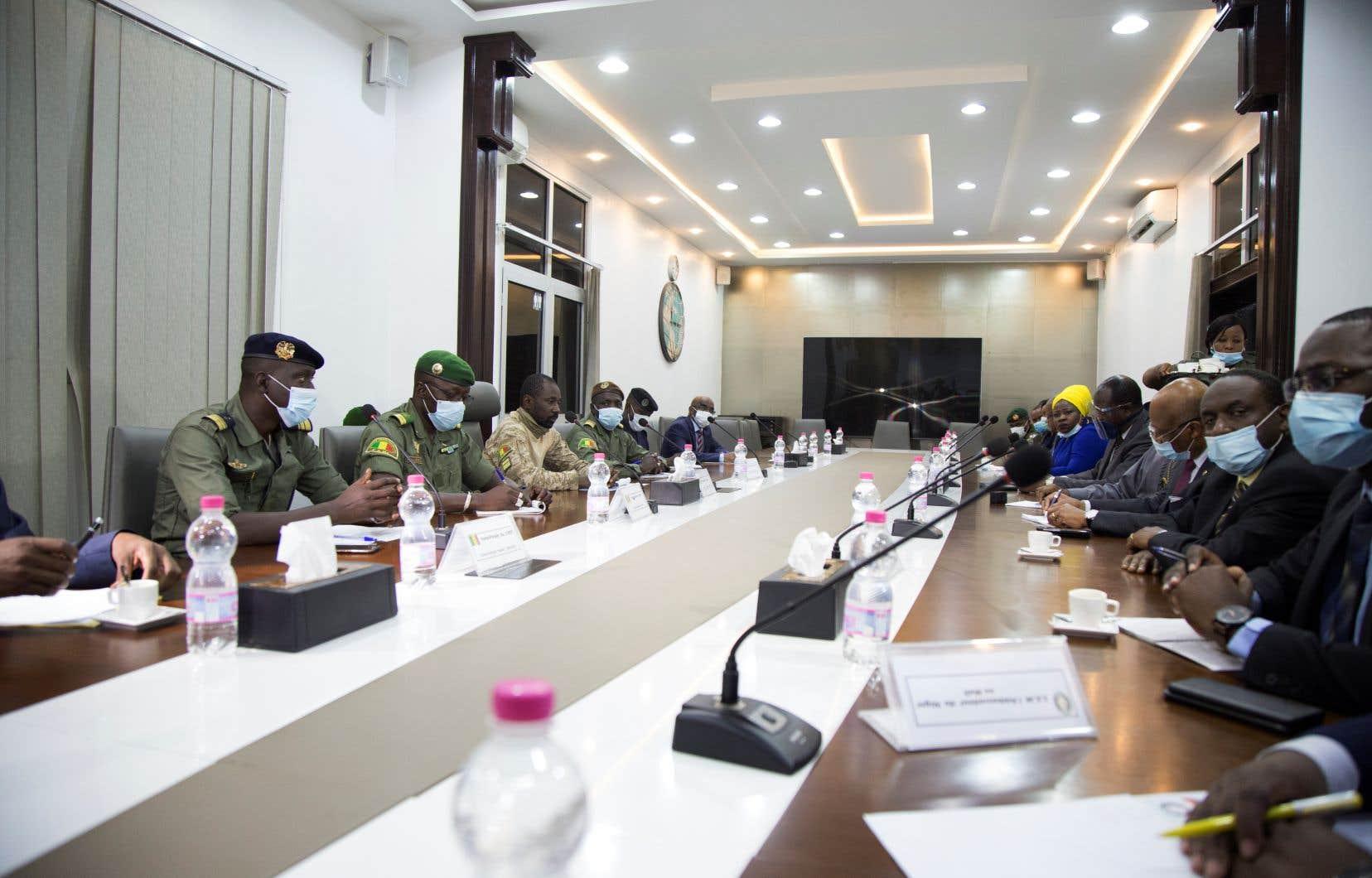 Les envoyés de la Cédéao ont été reçus au ministère de la Défense par les membres du Comité national pour le salut du peuple, parmi lesquels le nouvel homme fort du pays, le colonel Assimi Goïta (troisième à gauche, en beige).