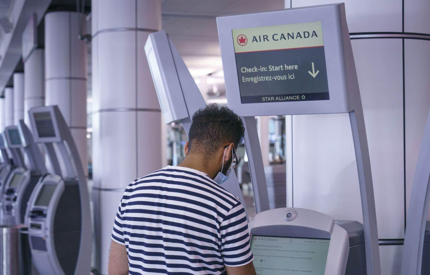 Air Canada et d'autres transporteurs canadiens refusent toujours de rembourser la plupart de leurs clients qui avaient réservé un siège sur un des vols annulés en raison de la pandémie de COVID-19.