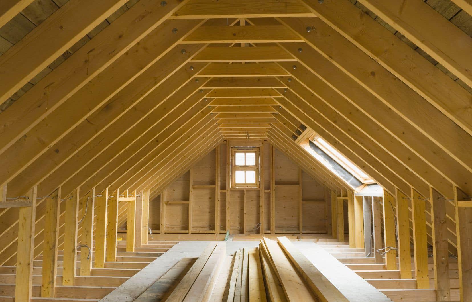 Aux États-Unis, le prix moyen d'une maison unifamiliale a bondi de 16000$US, et celui d'un logement en copropriété, de 6000 $US.