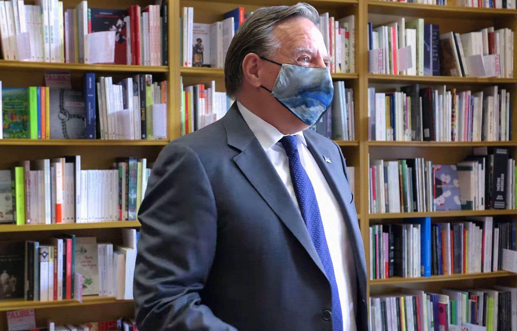 Le premier ministre François Legault est reparti de sa visite à la Librairie Gallimard avec, sous le bras, cinq romans québécois récents.