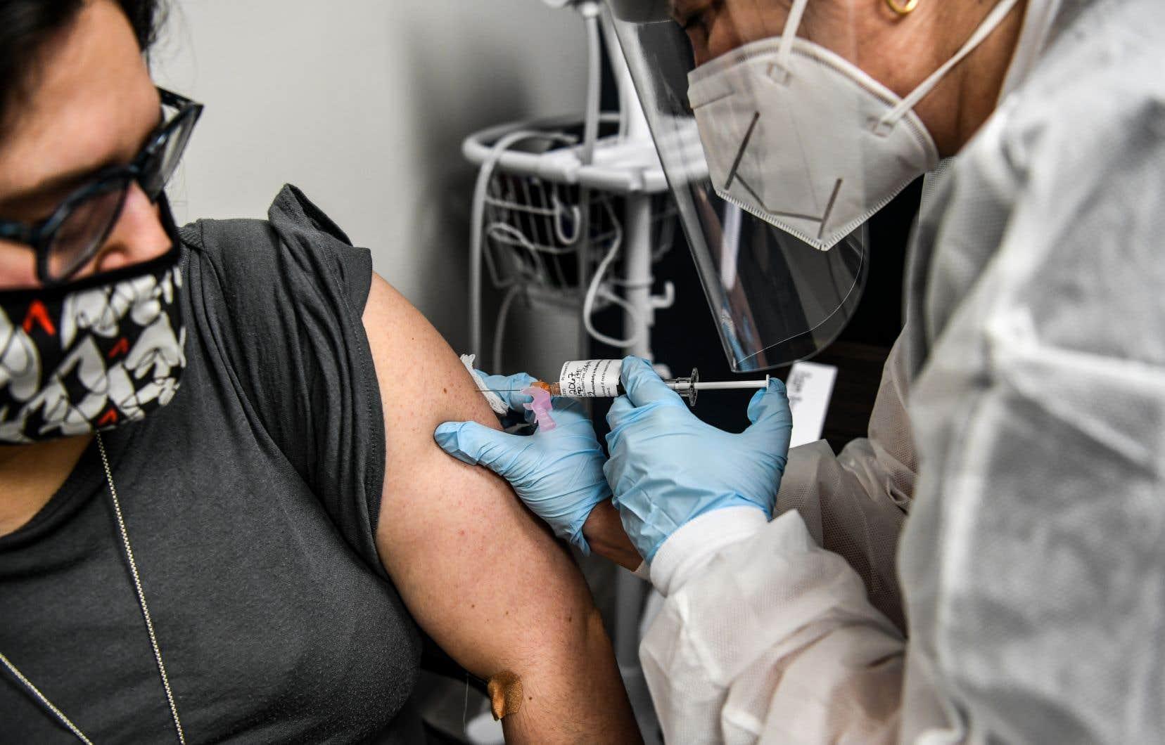 Pas moins de 35 % des répondants attendraient de voir si le vaccin est vraiment sécuritaire. D'autres, par contre, indiquent qu'ils ne font pas confiance à la vaccination en général.