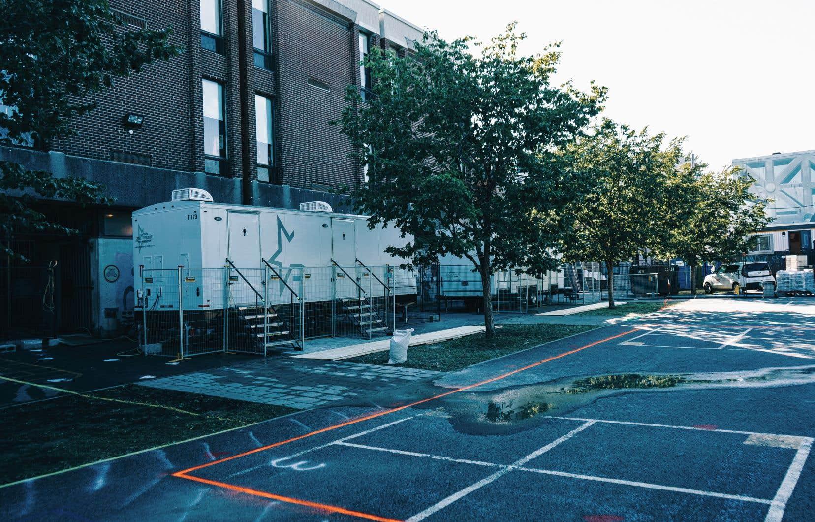 Pour pallier l'absence de ses toilettes en rénovation, l'école Laurier a amputé une partie de sa cour de récréation pour y installer deux roulottes de toilettes mobiles, une solution déplorée par certains parents d'élèves.