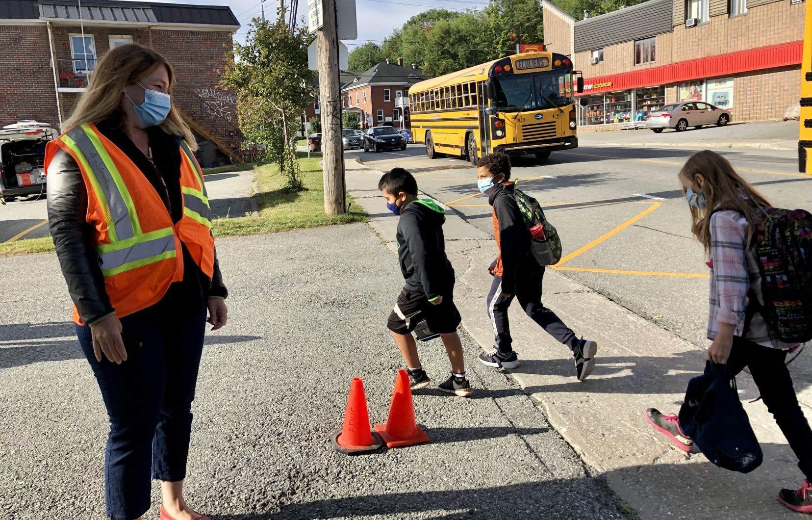 À l'école des Quatre-Vents, on devine facilement le sourire derrière le masque de l'intervenante Hélène Pelletier, qui accueille les enfants et leurs parents en ce matin frisquet.