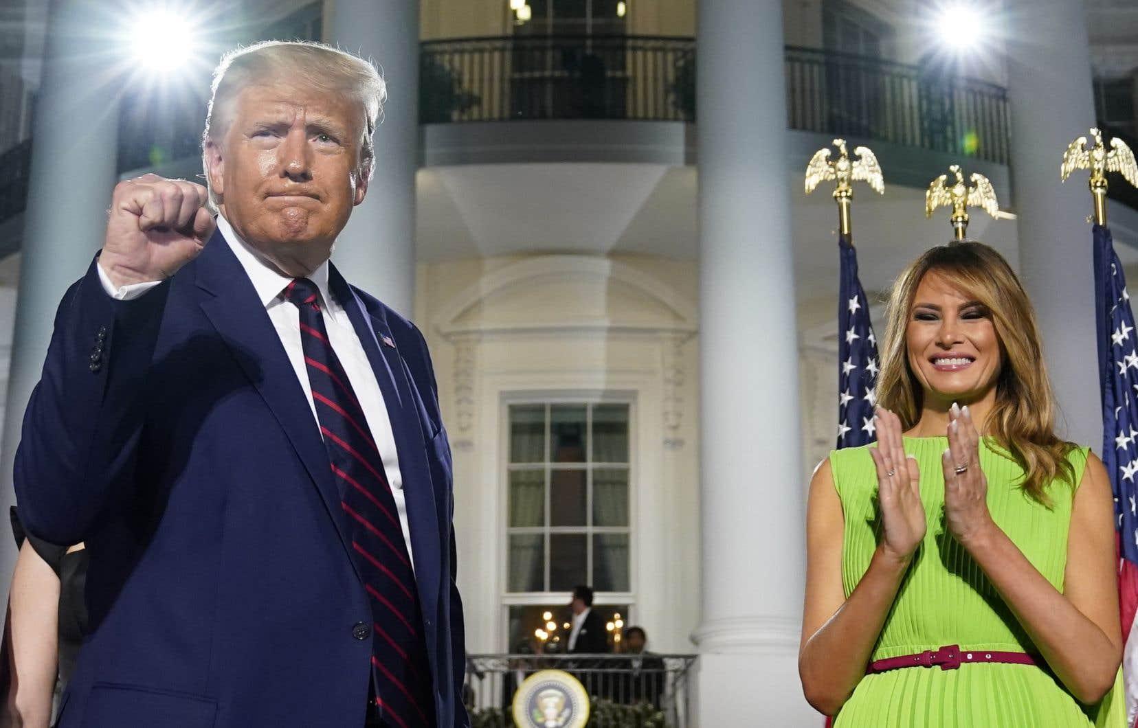 Le président Donald Trump, accompagné de sa femme, Melania, sur la scène aménagée devant la Maison-Blanche